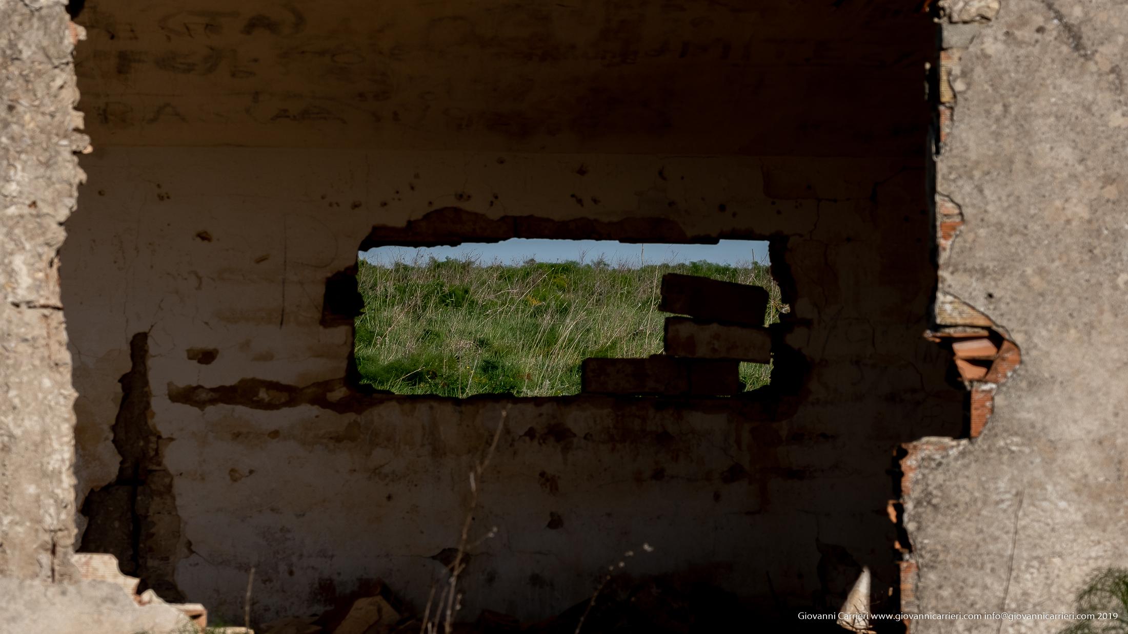 Un muro sfondato di una Casa Colonica