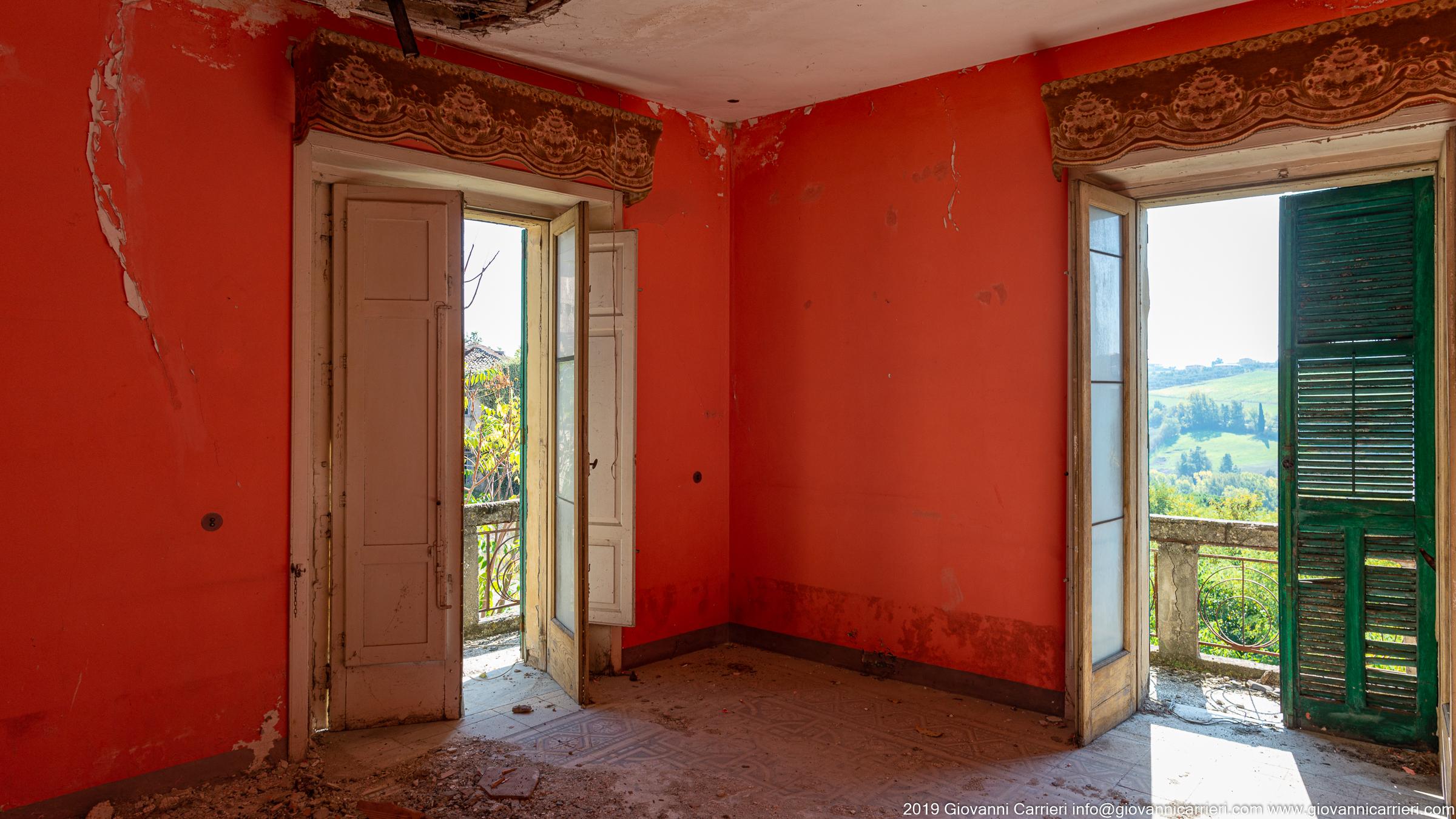 Una camera in una casa
