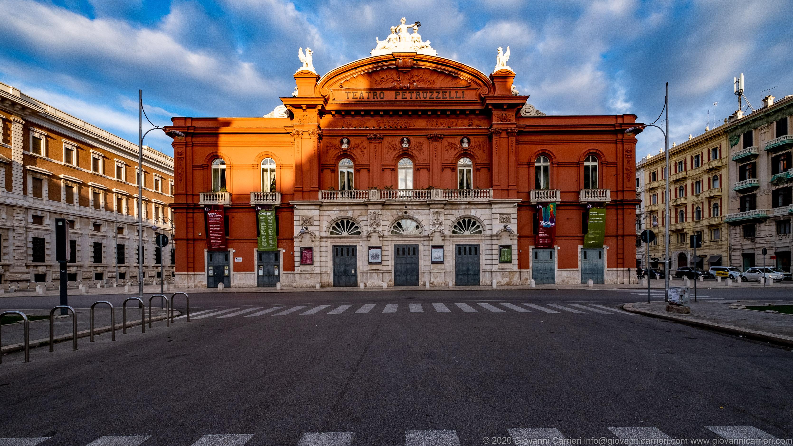 Il Teatro Petruzzelli visto da Via Niccolò Putignani