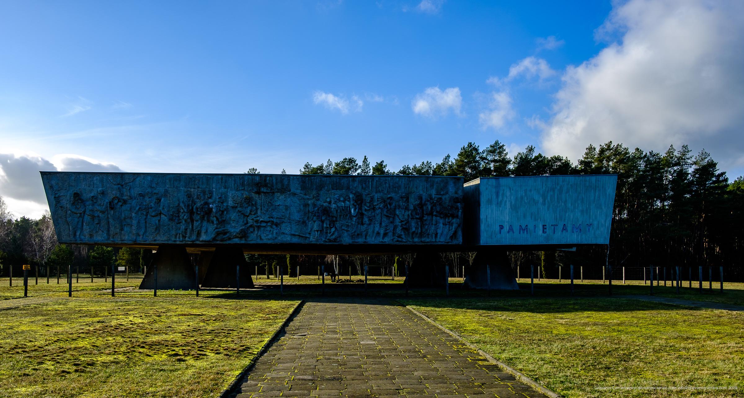 Entrando nell'area del campo di sterminio maestoso appare il monumento in memoria delle vittime di Chełmno