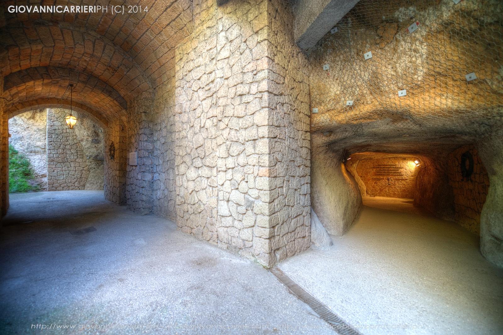 La lapide posta a memoria del massacro all'interno della grotta del massacro delle Fosse Ardeatine