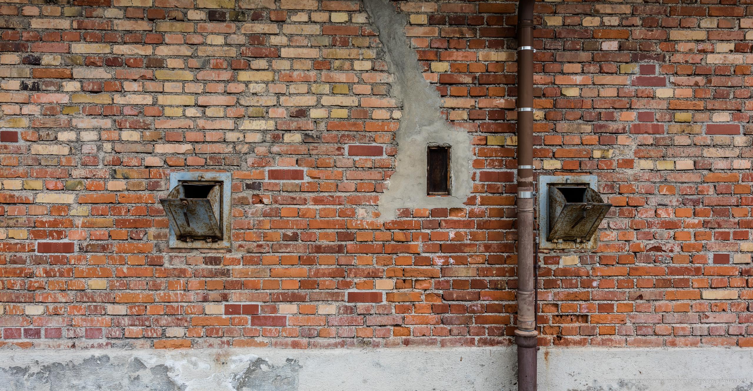 Le aperture per inserire i cristalli di Zyklon B nella camera a gas, Dachau