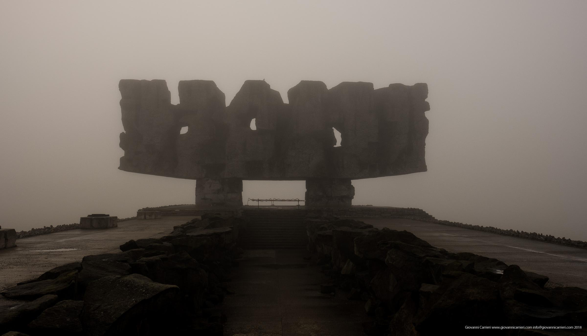 Ingresso al campo di Majdanek sotto la nebbia