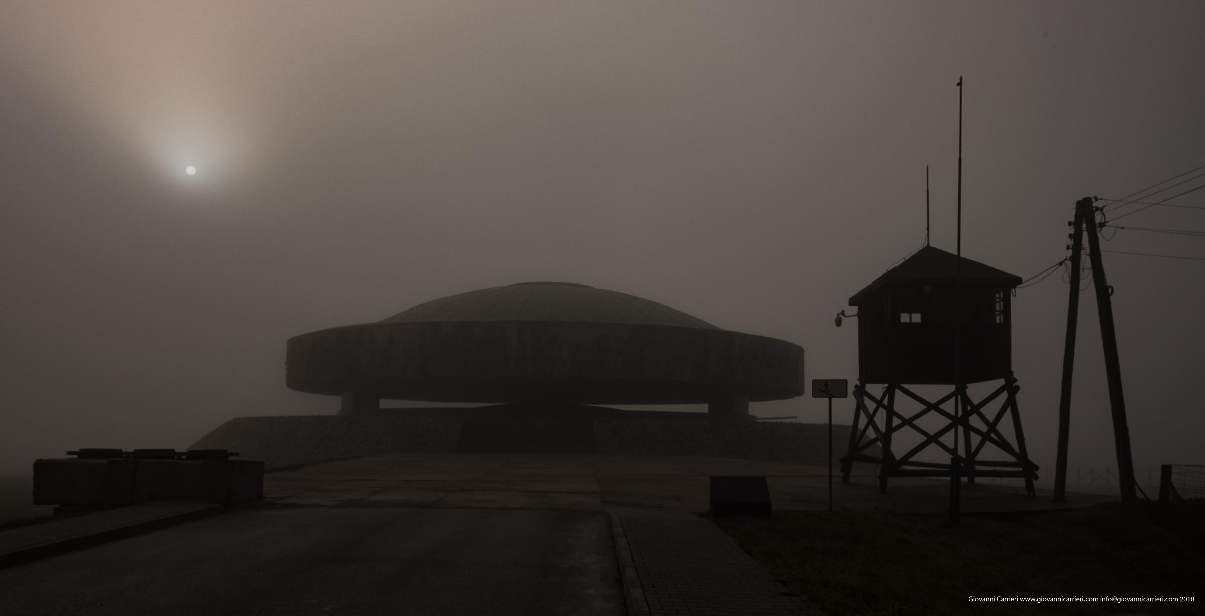 Il Mausoleo eretto nel 1969 contiene ceneri e resti di vittime cremate nel campo di Majdanek