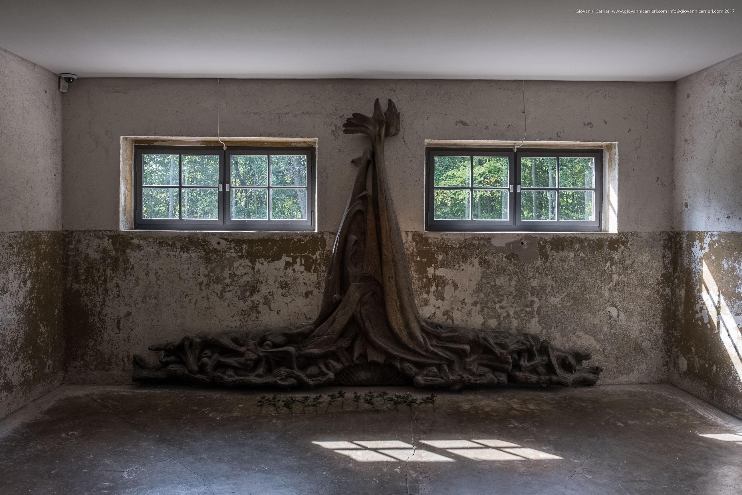 Il monumento posto di fronte ai forni crematori di Mittelbau-Dora