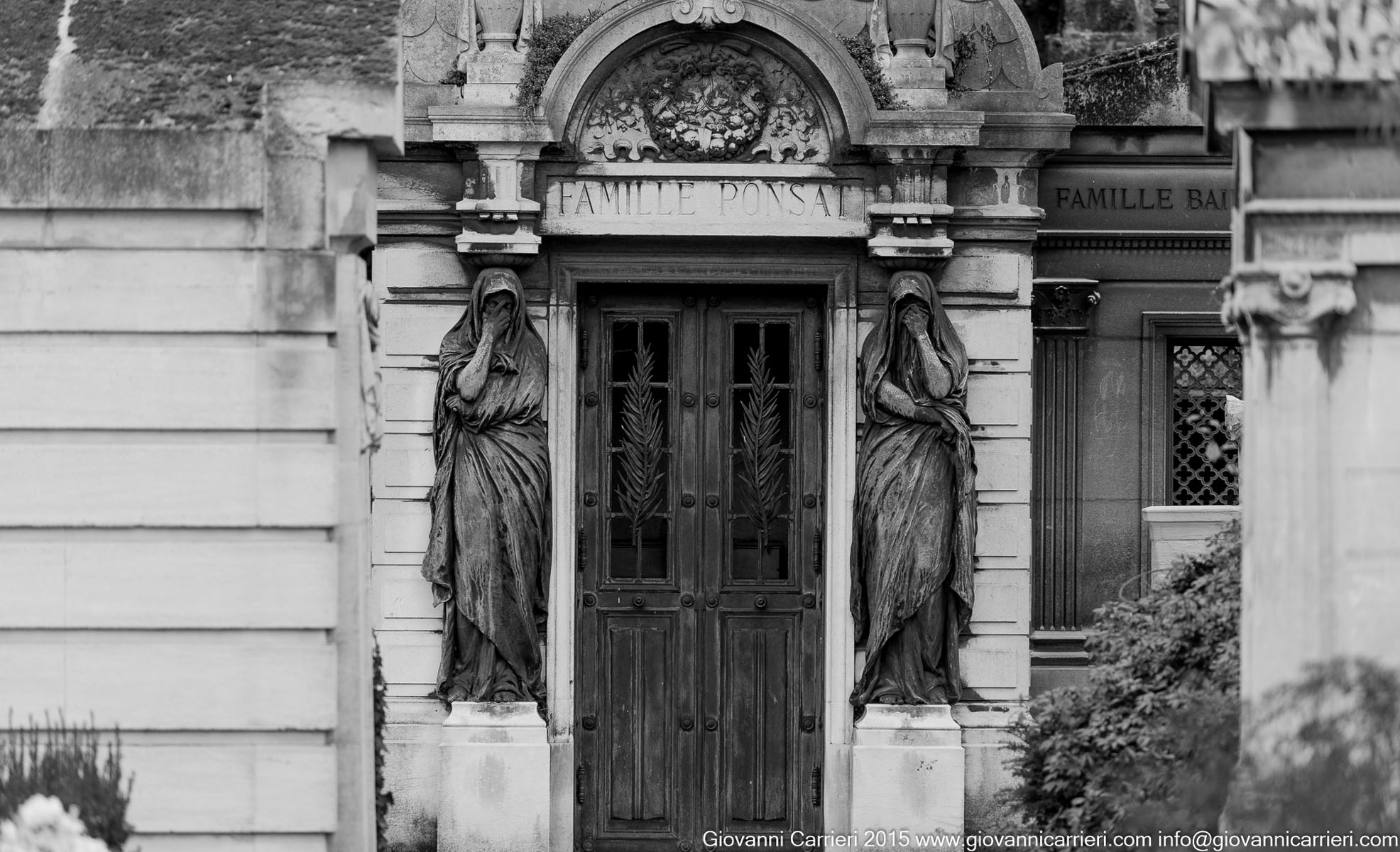 Statue poste all'ingresso della cripta