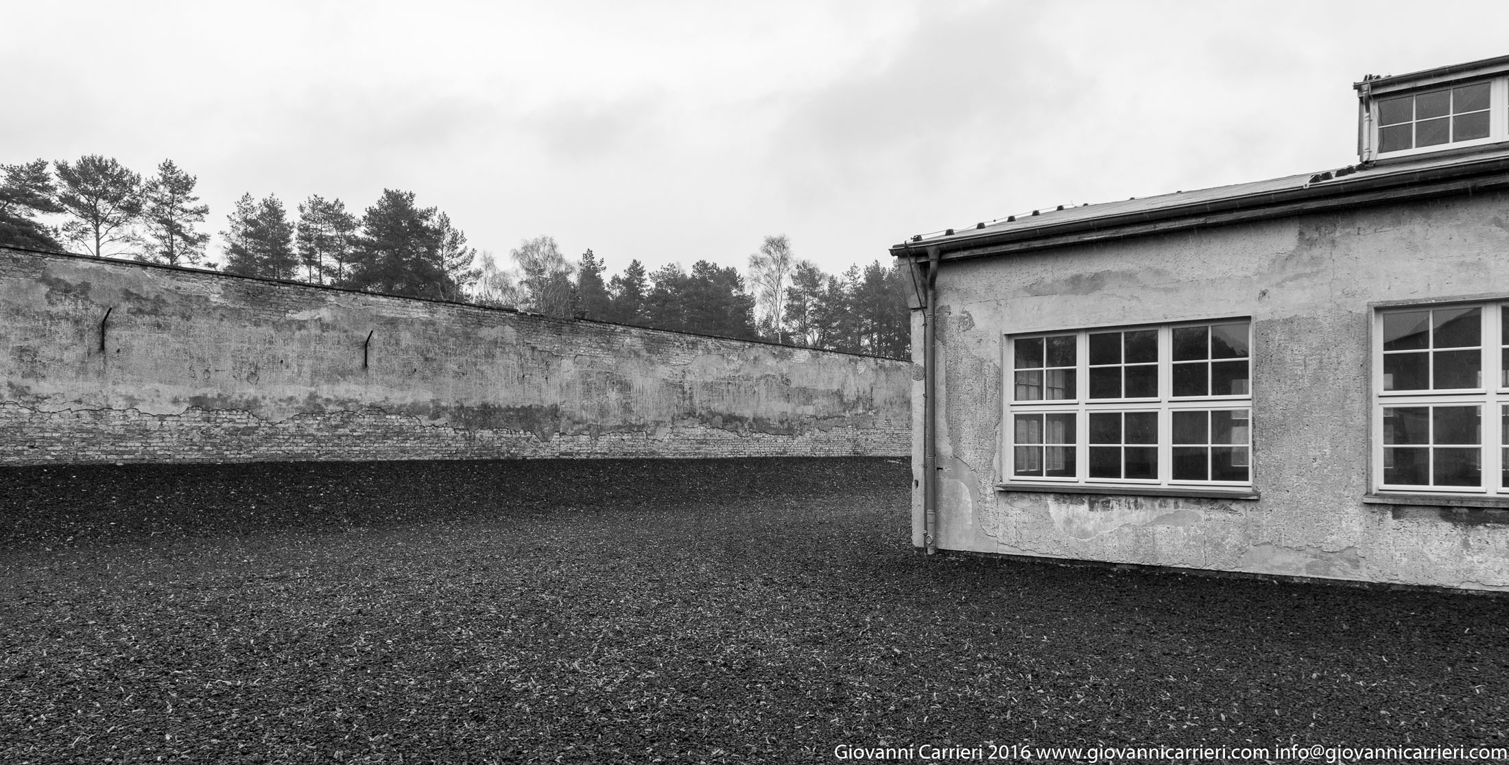 Il muro del campo e la baracca della TexLed