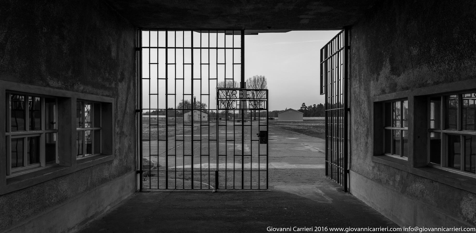 Il cancello di ingresso al campo di concentramento
