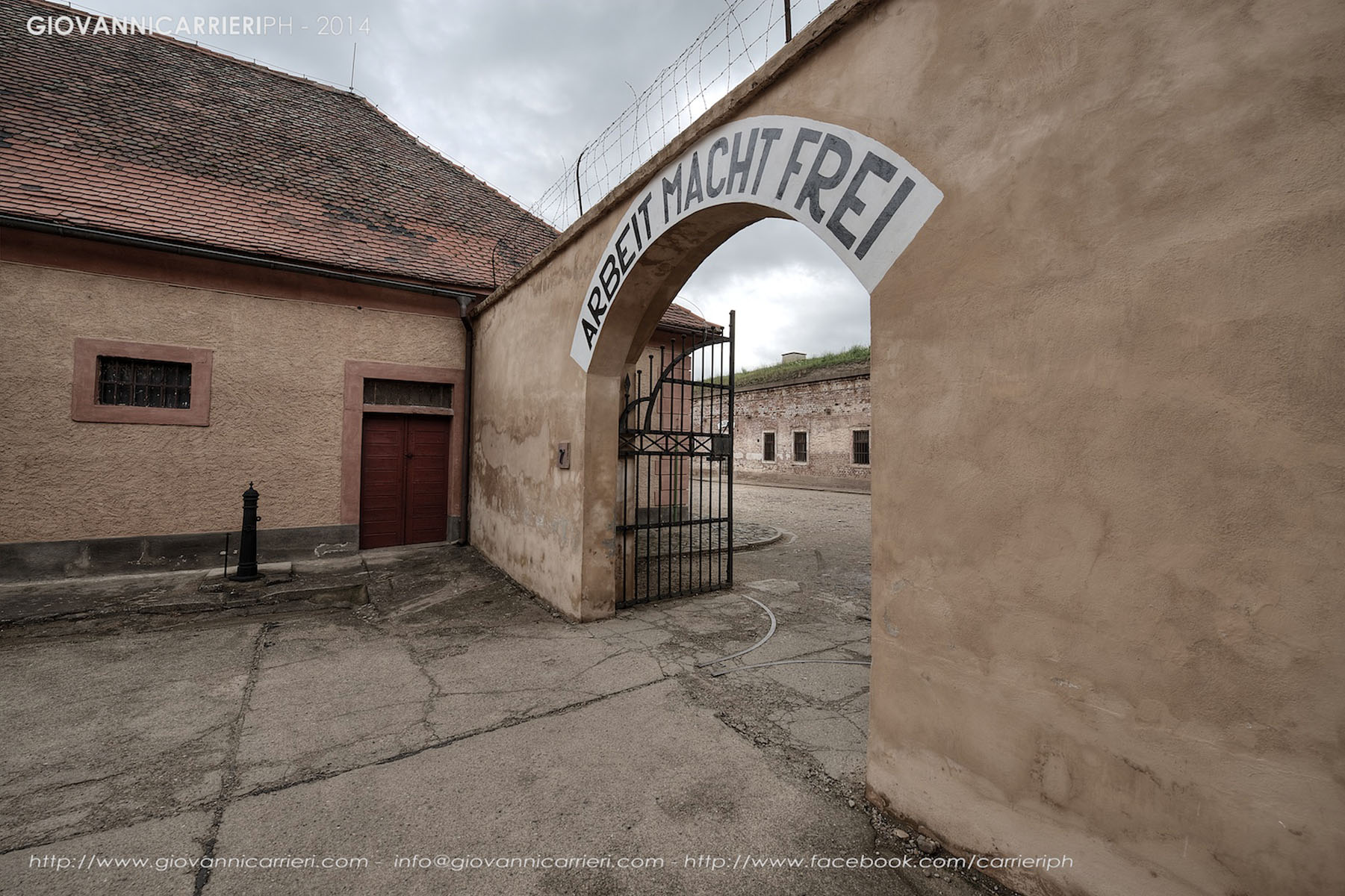 L'ingresso principale ed il blocco A - con l'insegna Arbeit Macht Frei