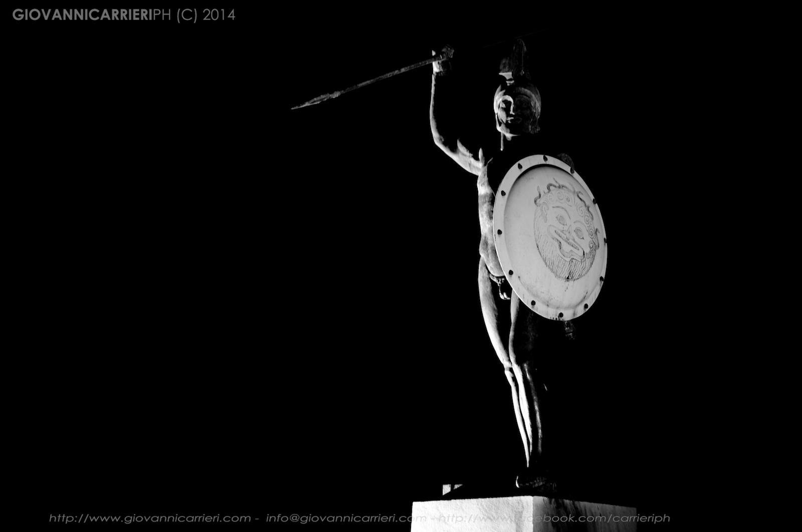 La statua di Leonida alle Termopili, vista notturna