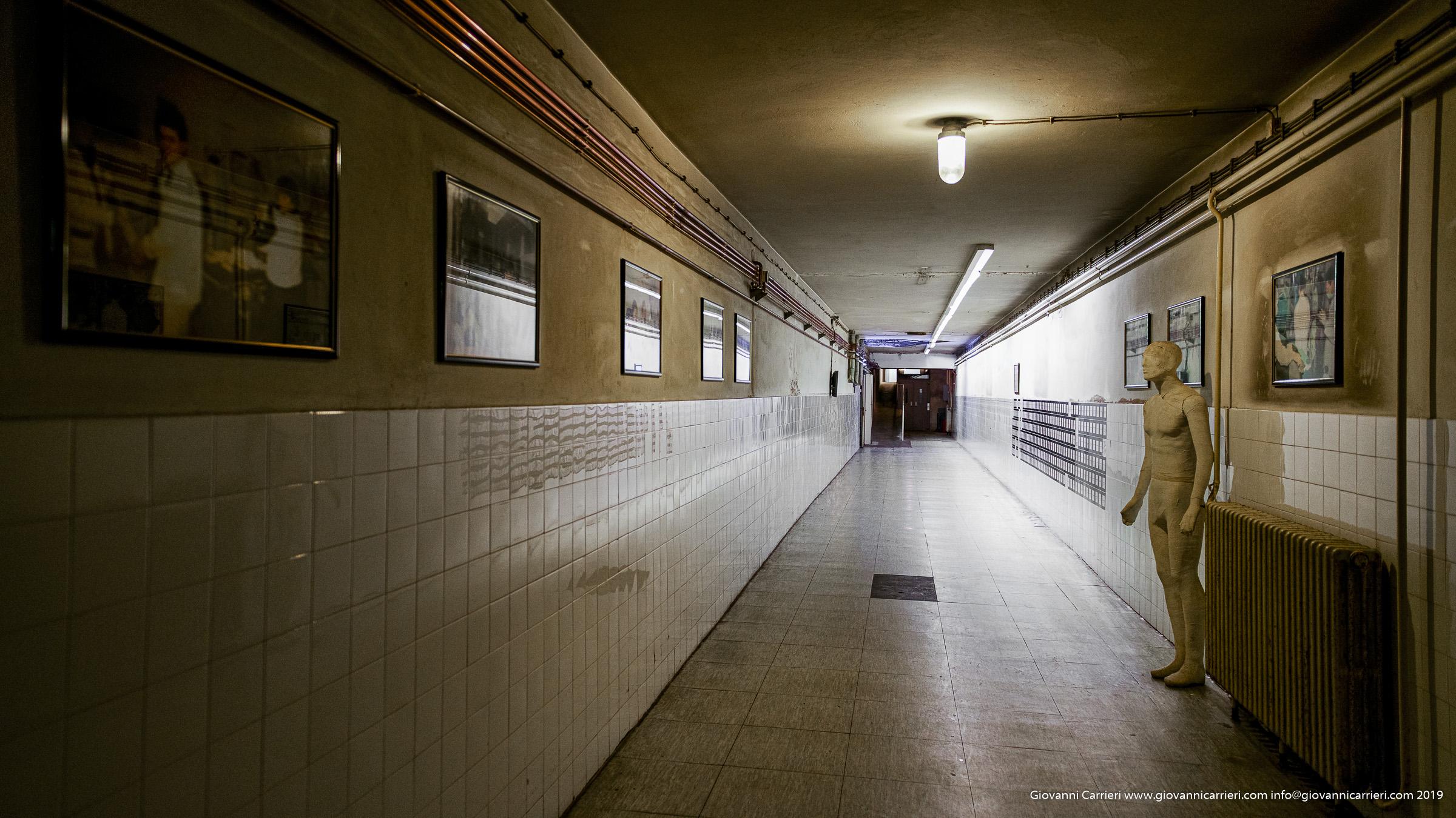 Il corridoio dell'ospedale di Vukovar. Qui sono elencati giorno per giorno i deceduti all'interno dell'ospedale.