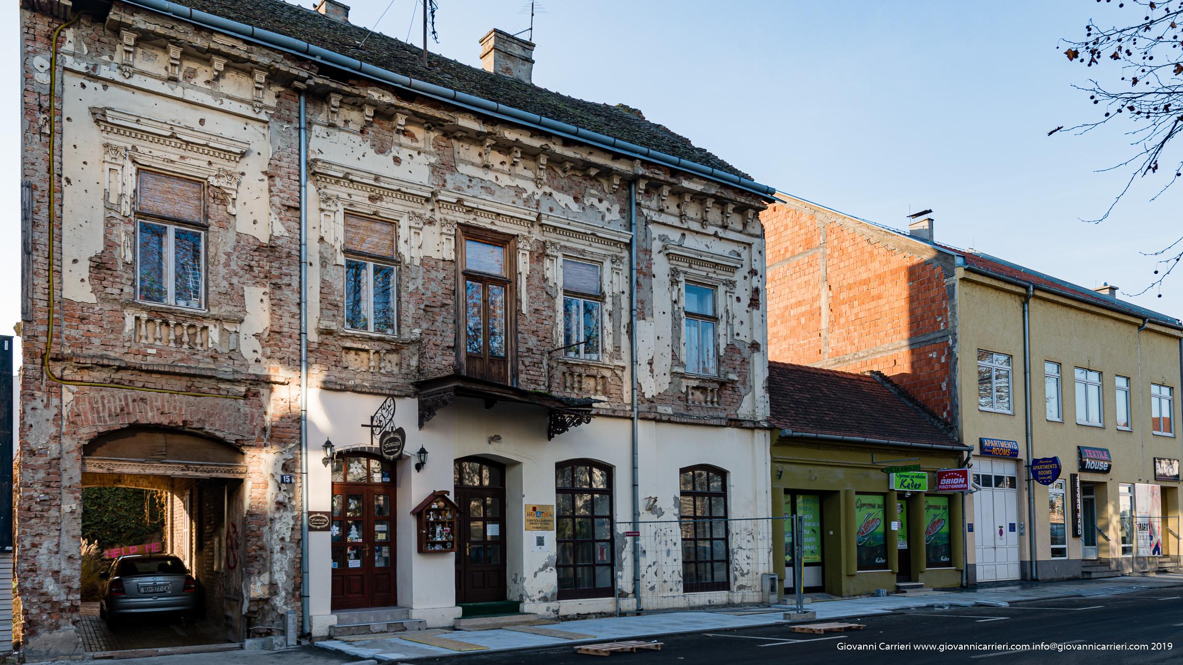 Le ferite urbane tutt'ora evidenti nel centro cittadino di Vukovar