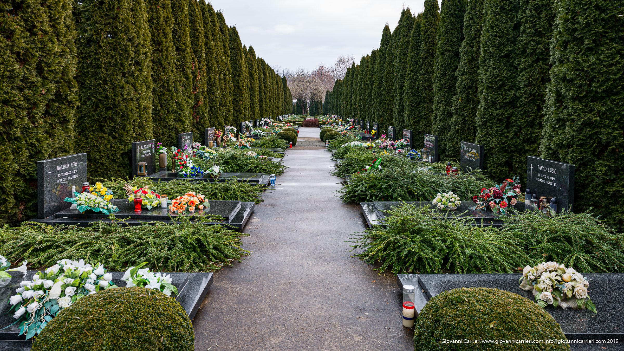 Le tombe nel cimitero di Vukovar dei degenti dell'ospedale massacrati nell'eccidio di Ovcara - Vukovar