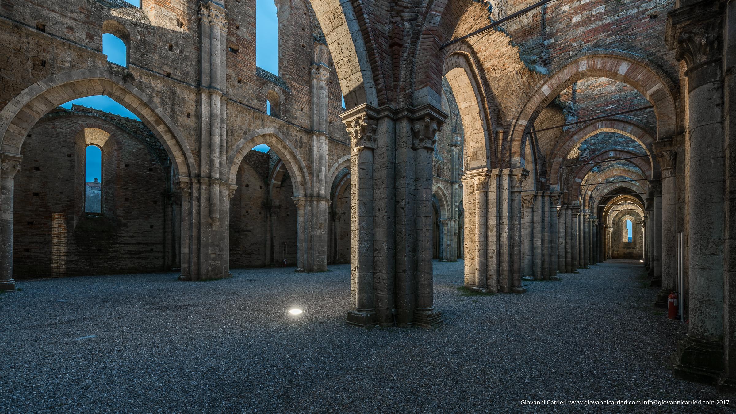 San Galgano, particolare delle colonne all'interno dell'abbazia