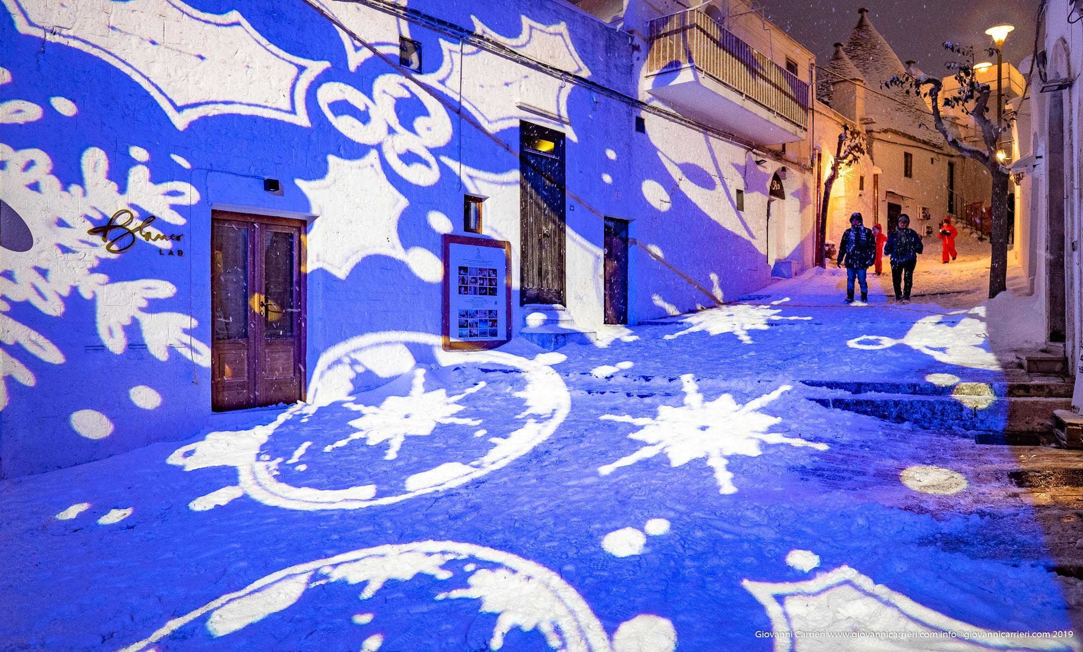 Le luci colorate, illuminano il centro storico di Alberobello