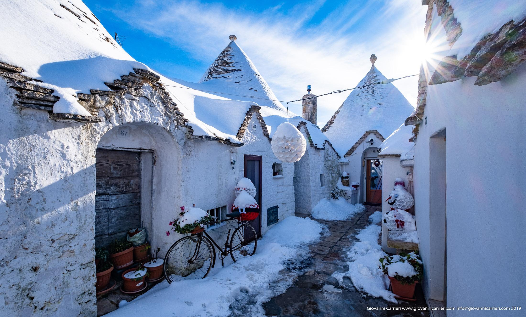 I trulli, le decorazioni natalizie e la neve