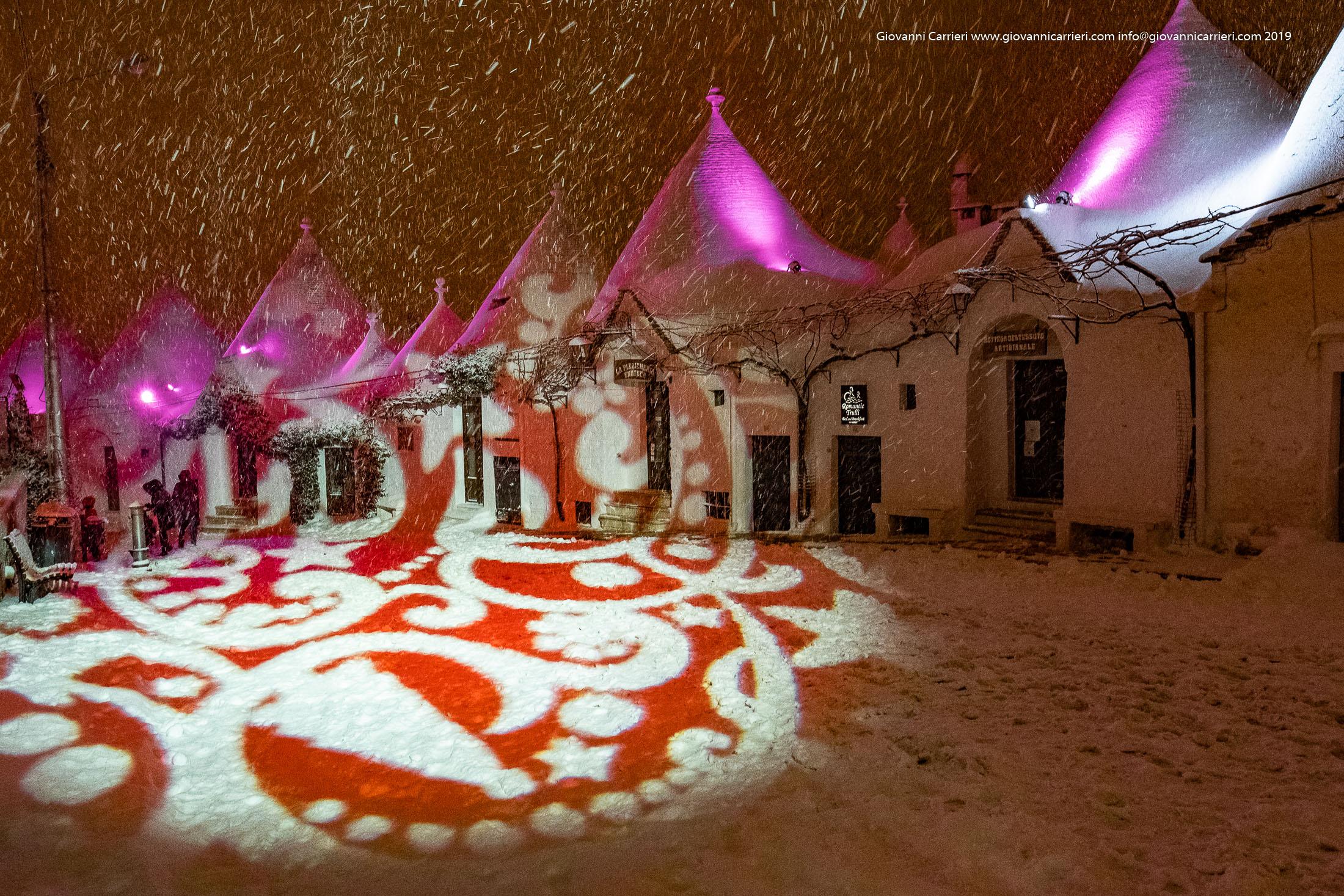 Le luci, la neve, il rosso ed i trulli di Alberobello