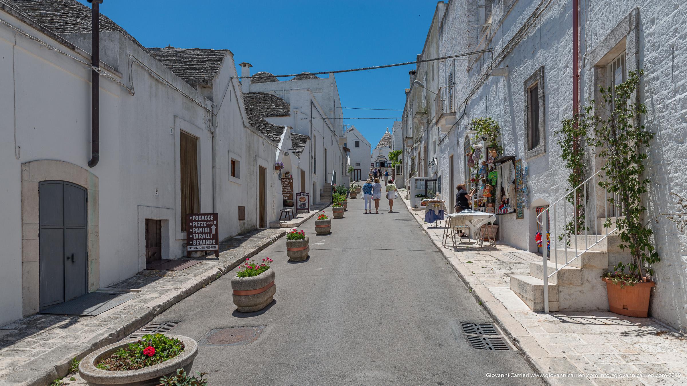Turisti a passeggio per Alberobello