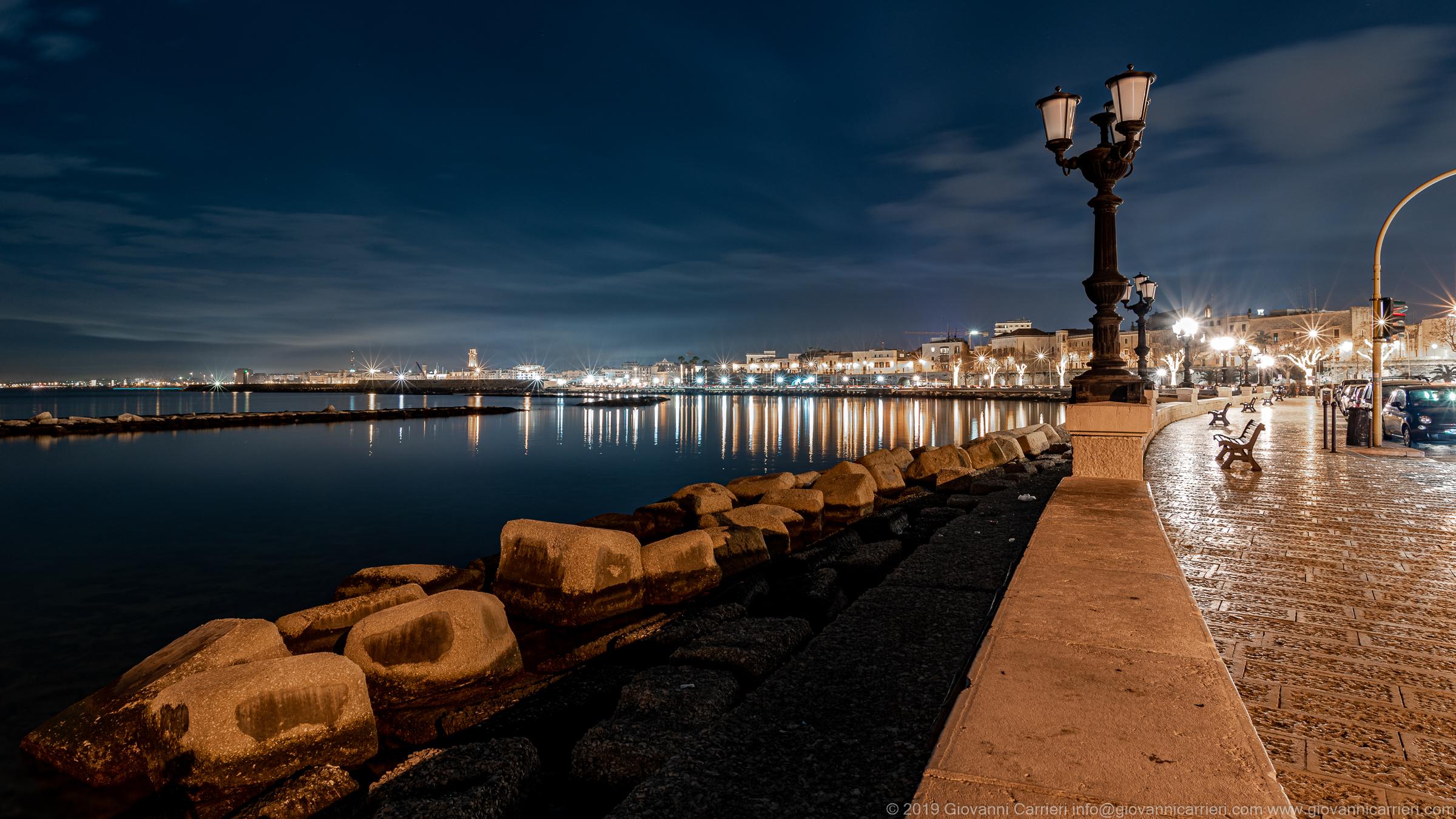 Il lungomare di Bari in notturna Il lungomare Imperatore Augusto, vista all'altezza del Ex Monastero benedettino di Santa Scolastica