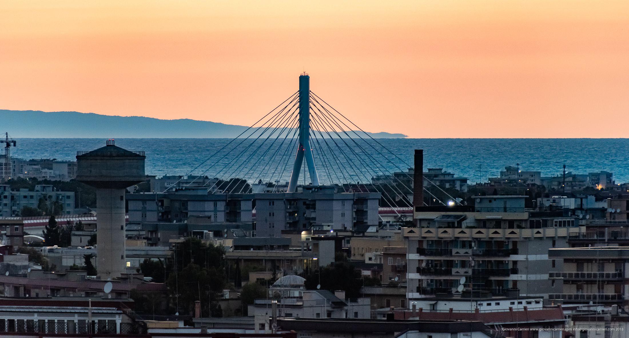 Panoramica di Bari con vista del ponte Adriatico e del Gargano