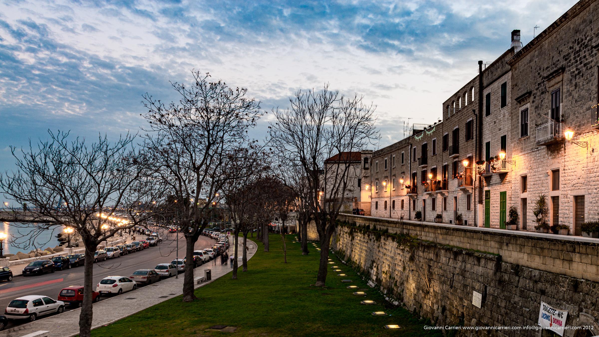 Lungo la muraglia a Bari vecchia