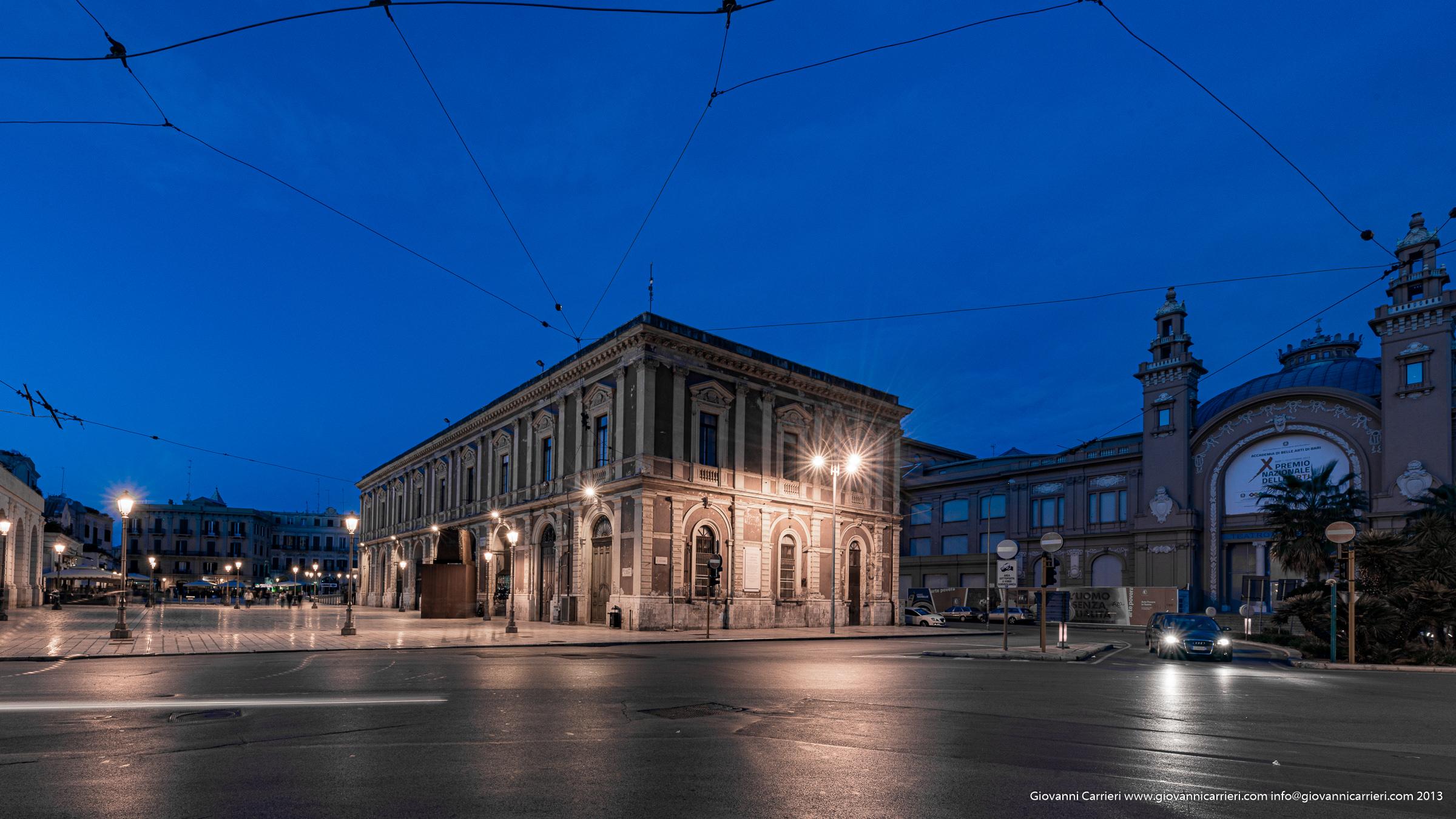 Piazza del Ferrarese ed il Teatro Margherita - Bari vecchia