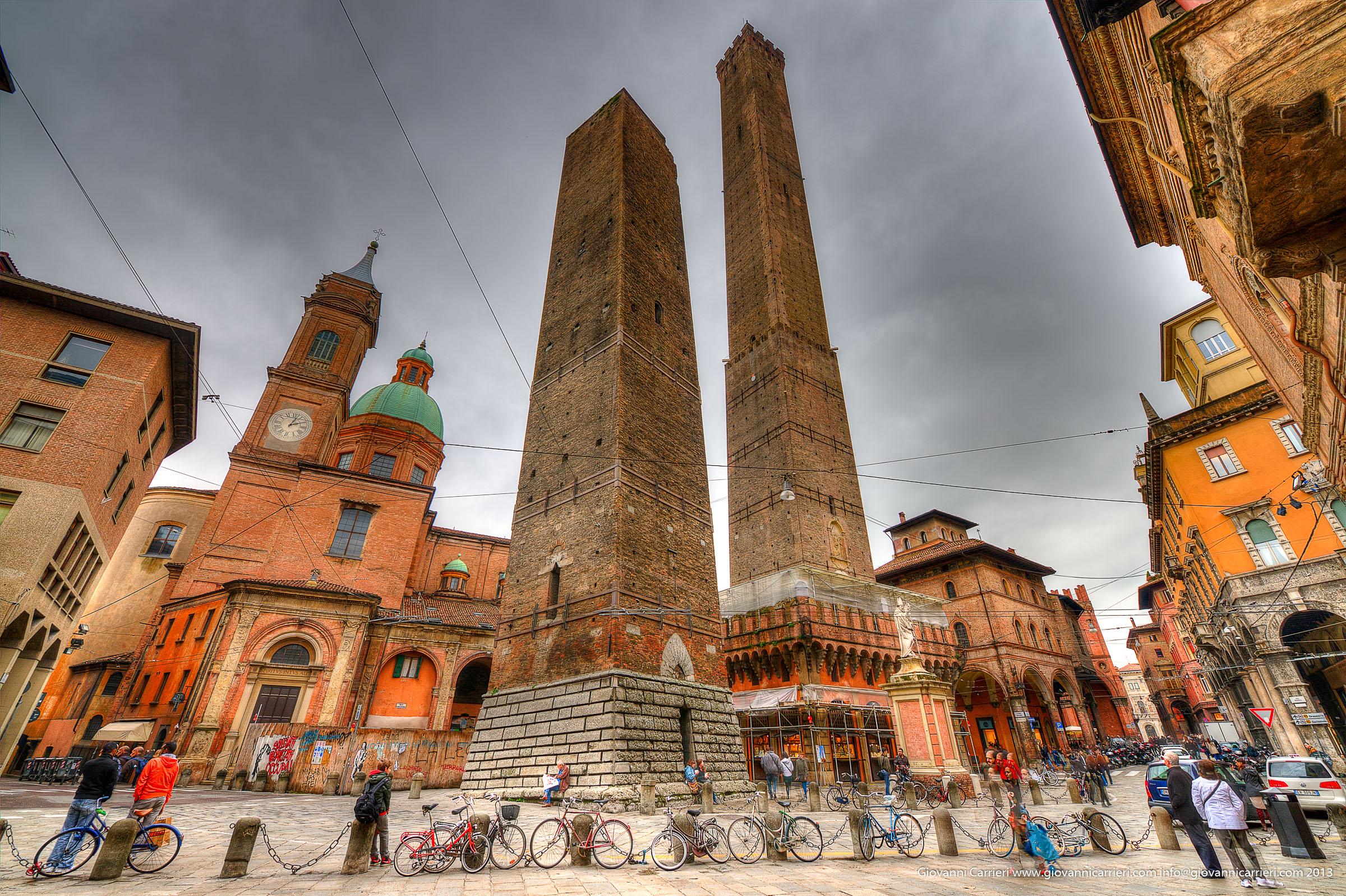 La torre Garisenda e la torre degli Asinelli - Bologna