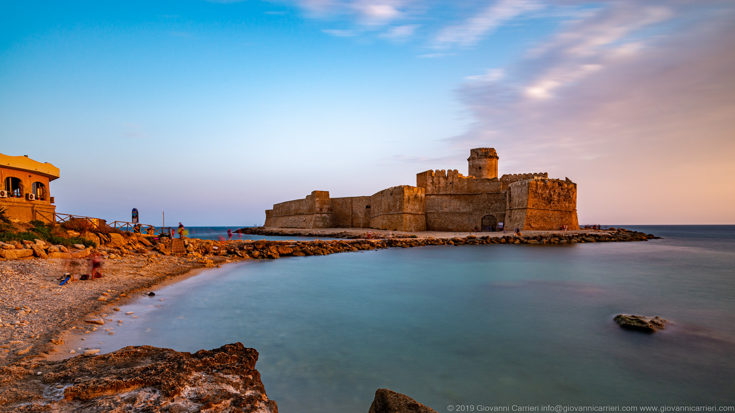 The beach in front of the Aragonese Castle of Le Castella