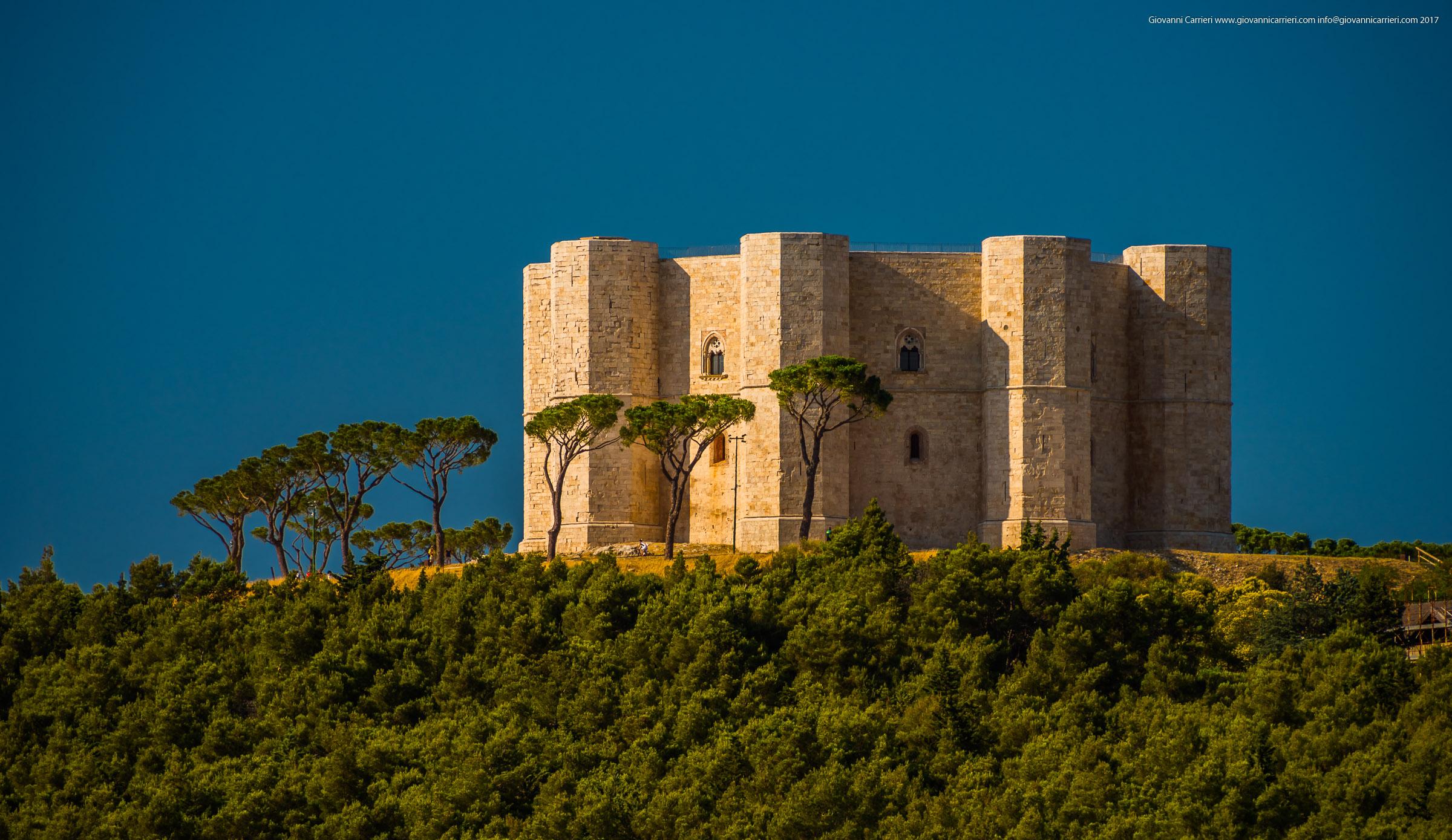 Castel del Monte visto in lontananza al tramonto