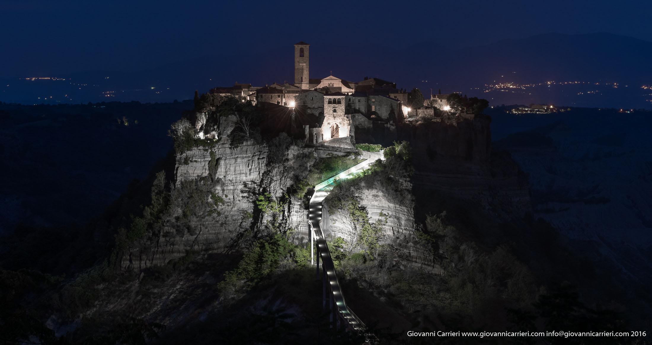 Vista notturna di Civita di Bagnoregio