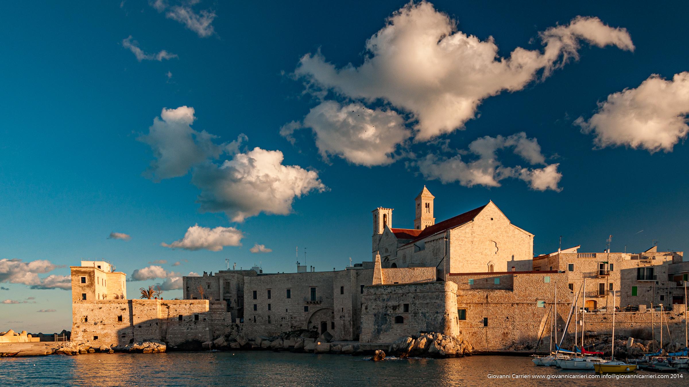 Il centro storico di Giovinazzo, con la troneggiante Cattedrale,  visto dal porto