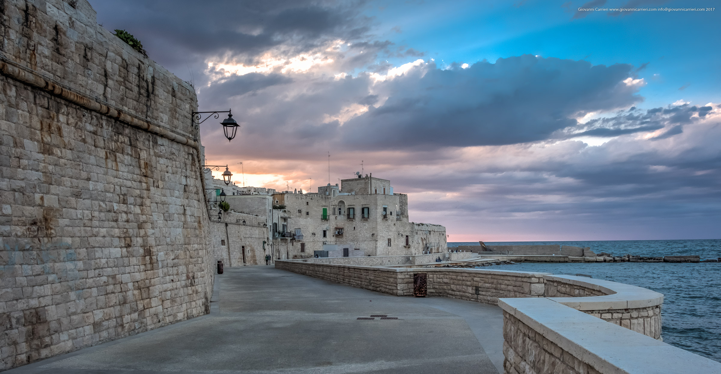 La muraglia di Giovinazzo sul mare