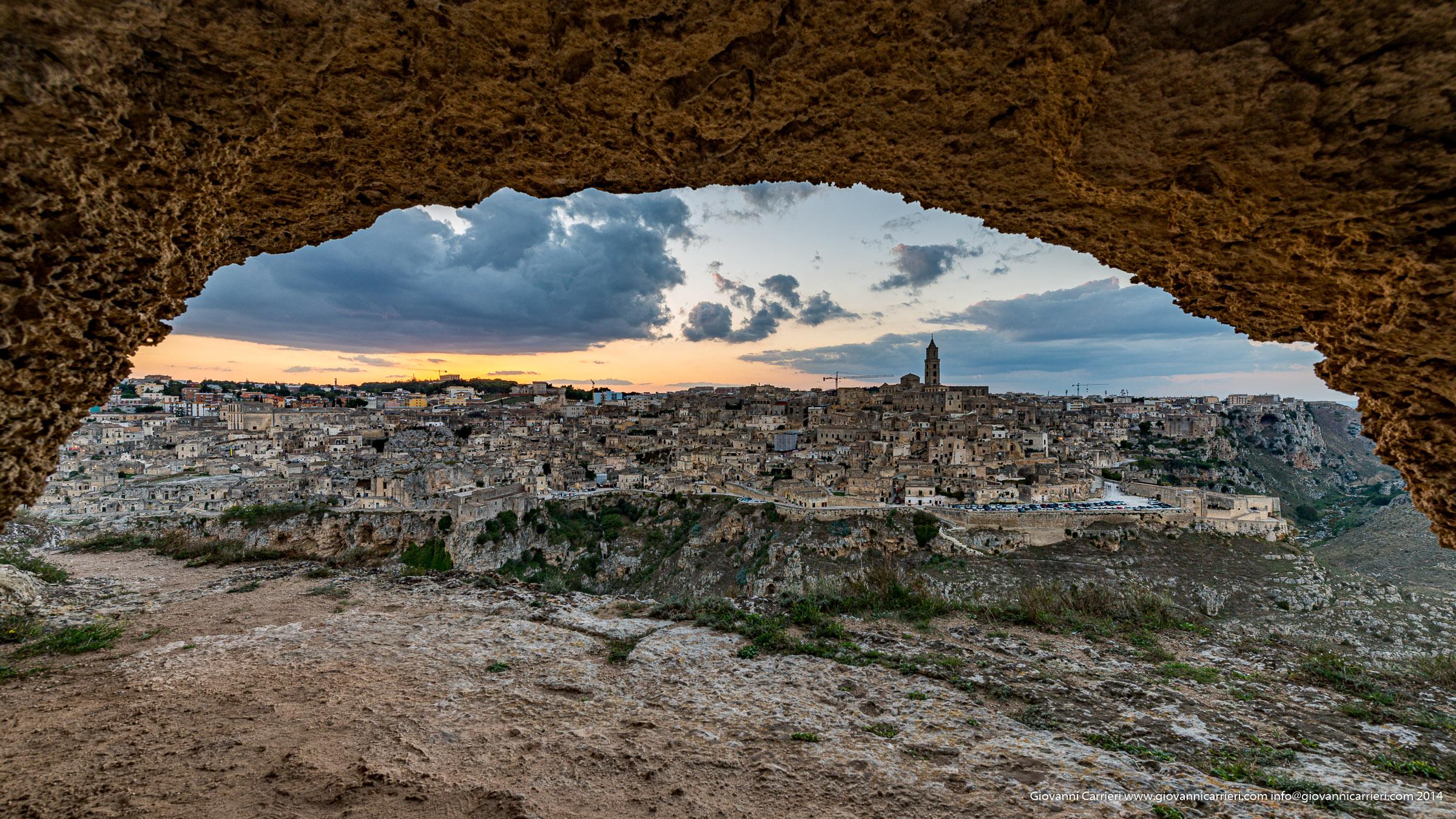 Il panorama di Matera visto dall'interno di una grotta