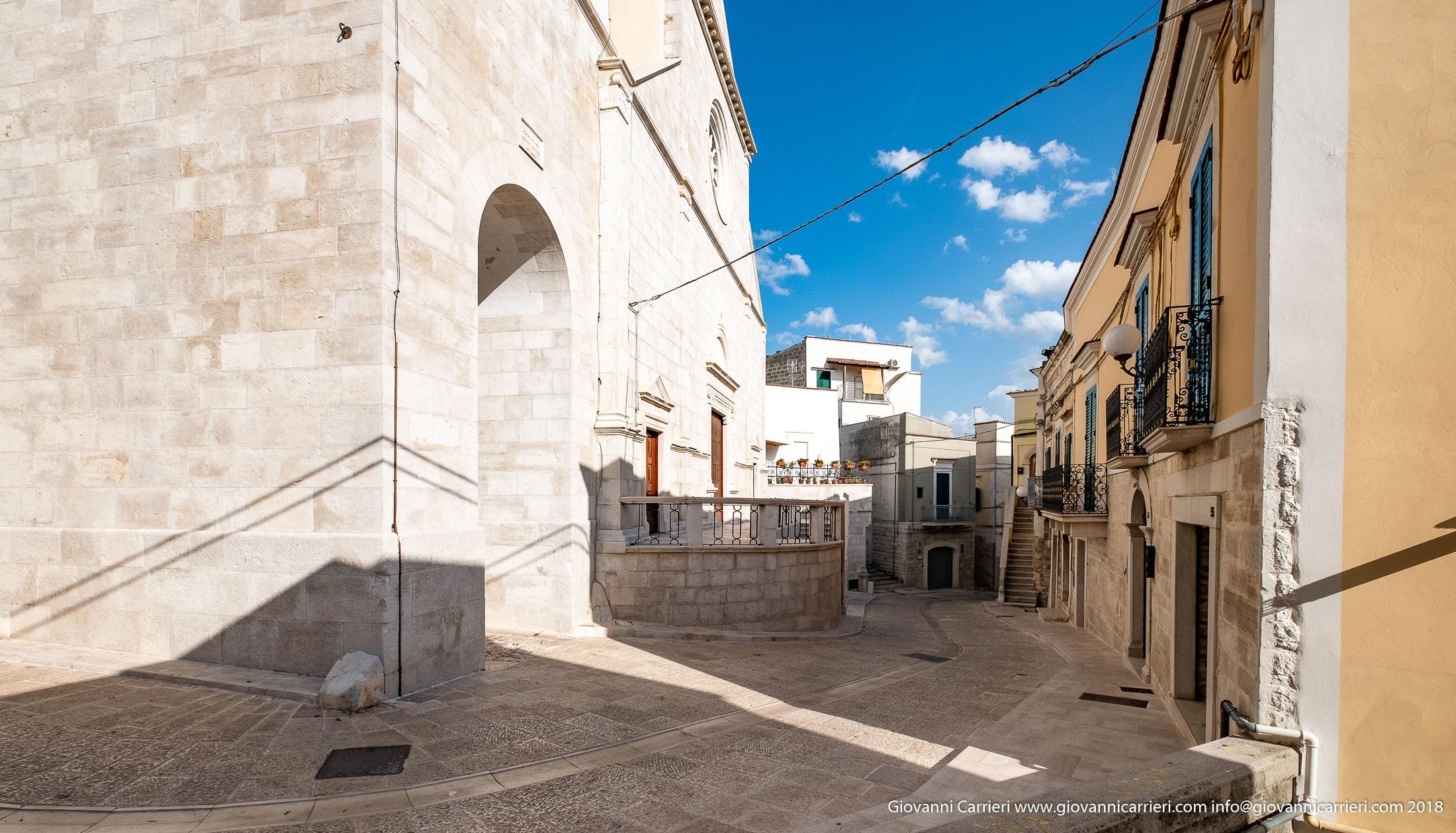 Via Dante con vista sull'ingresso della cattedrale di Minervino Murge