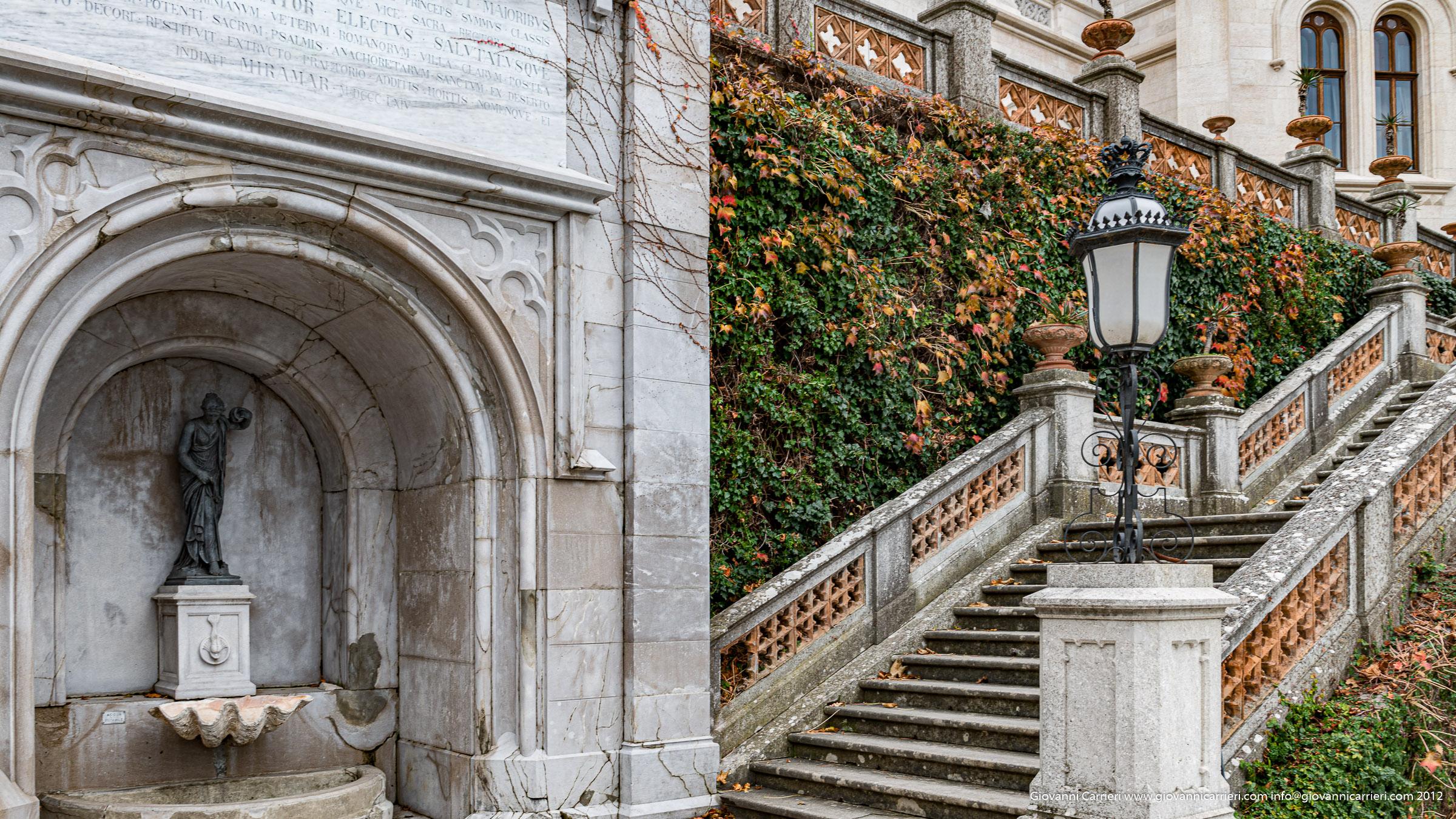 Il giardino e la scalinata del Castello Miramare