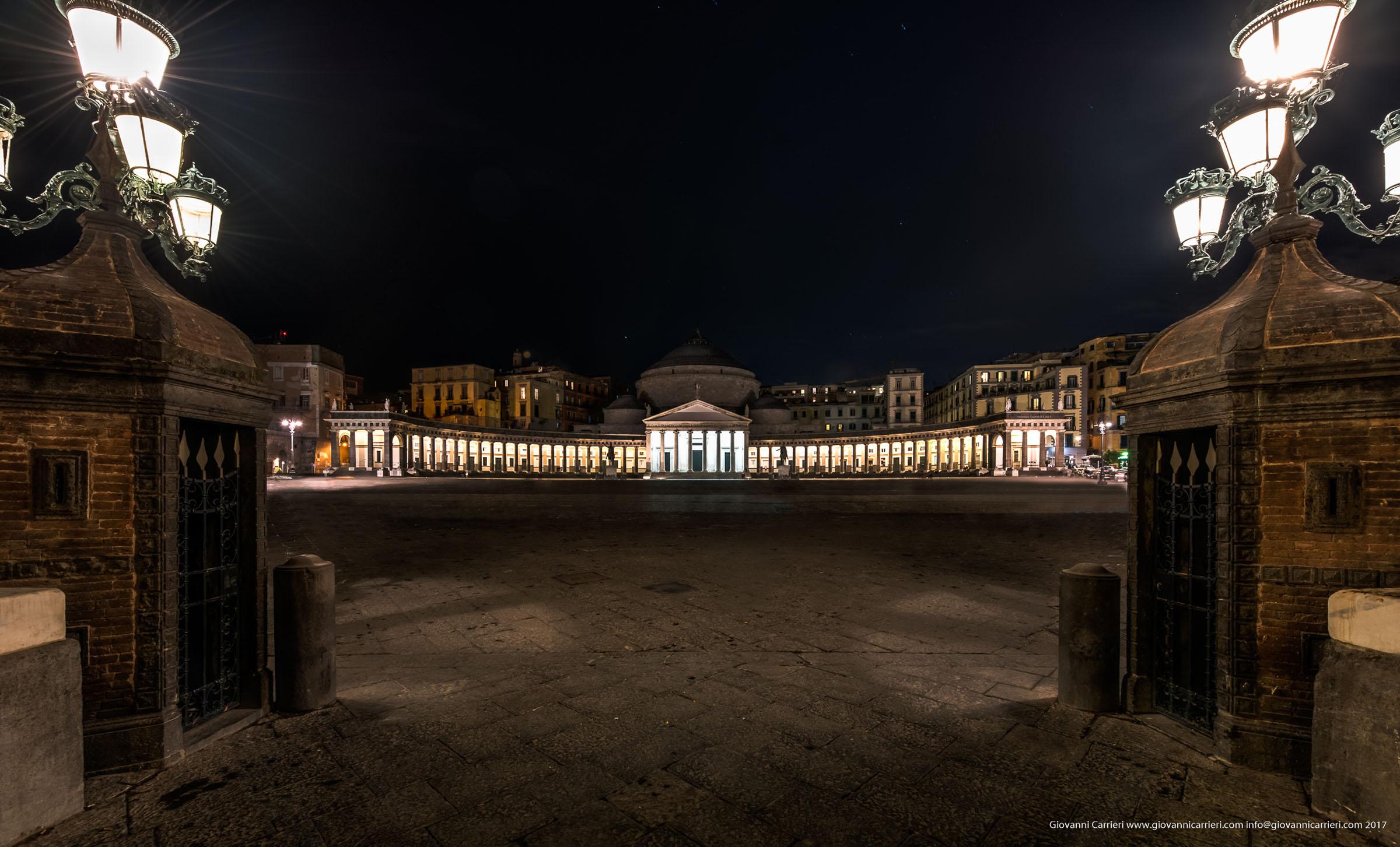 Piazza Plebiscito di notte, Napoli
