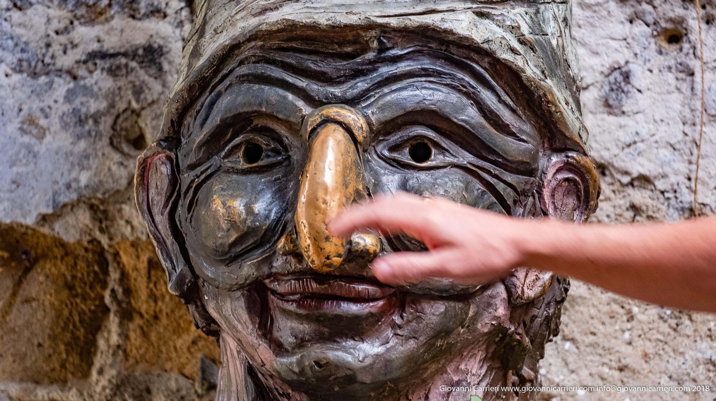 La statua di Pulcinella, ubicata in via dei Tribunali a Napoli