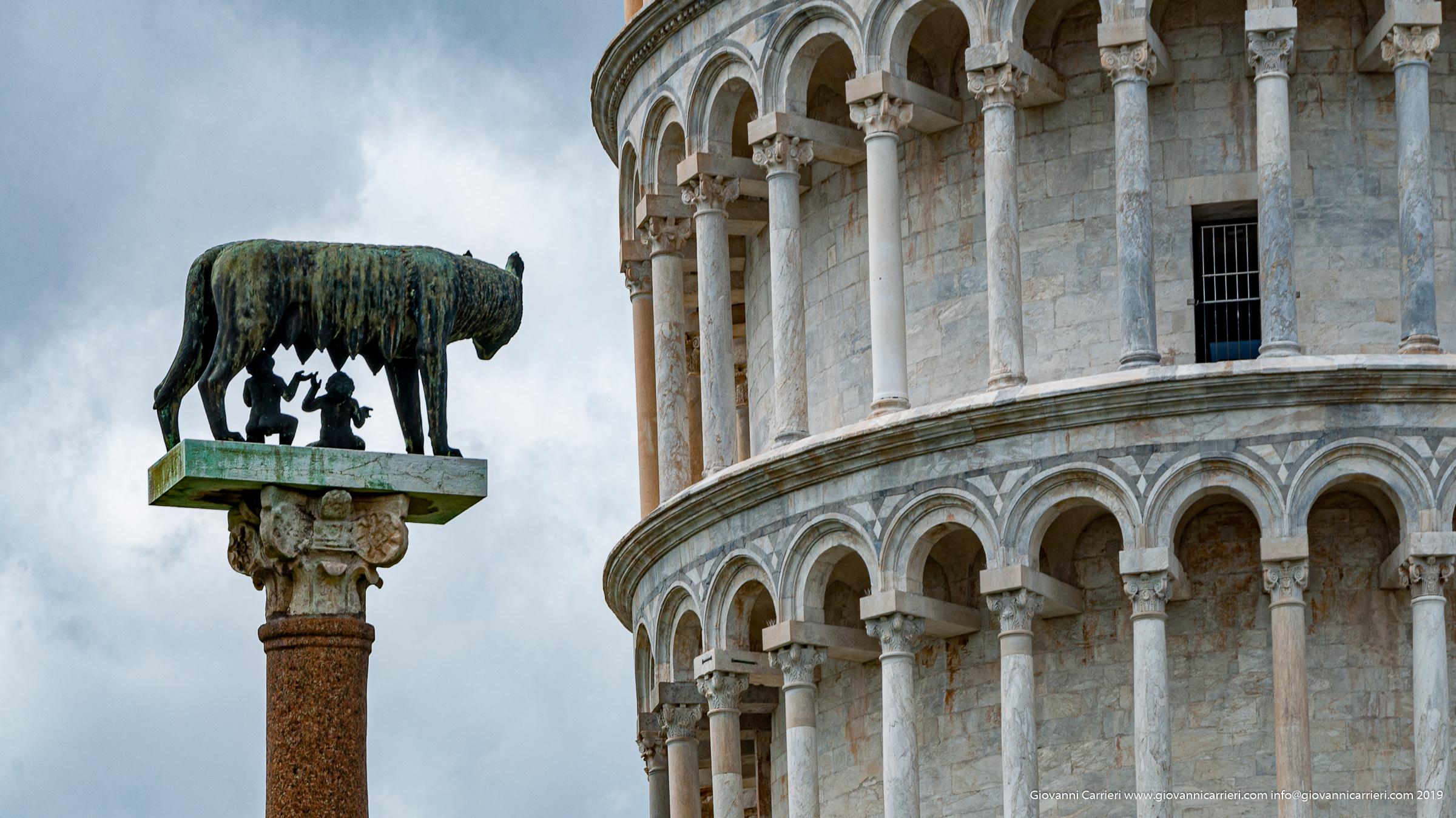 La Torre Pendente e la Lupa Capitolina, Pisa Piazza dei Miracoli