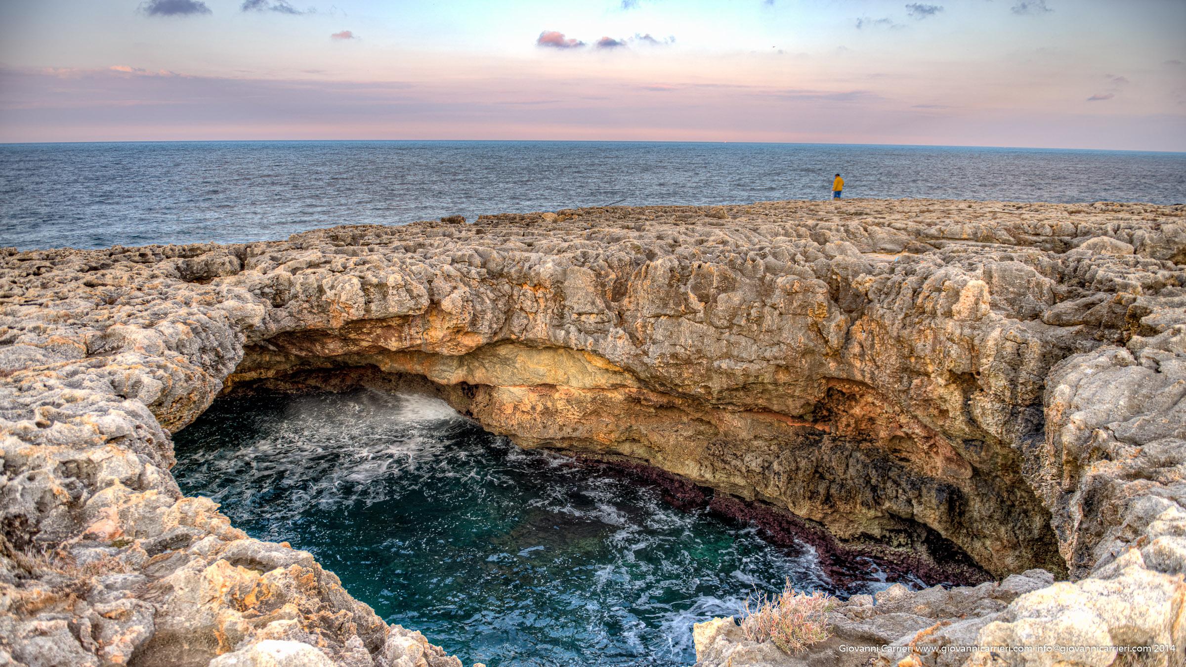 Particolare delle scogliere a Polignano a Mare - Grotta di Sella