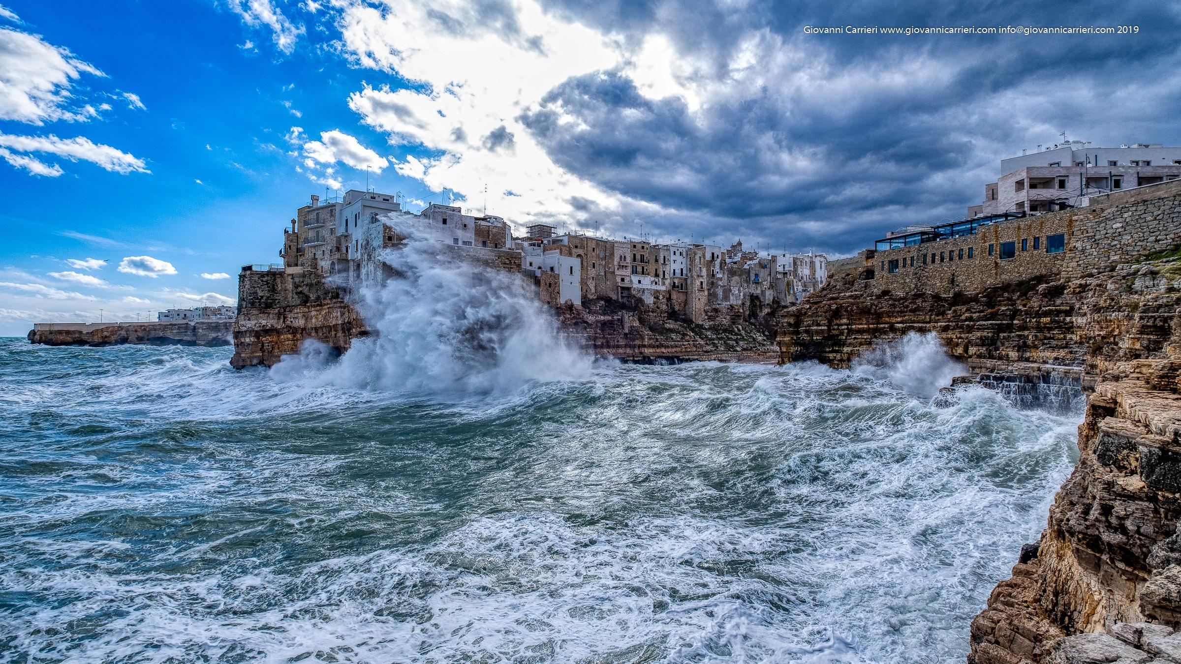 Il mare agitato su Cala Monachile