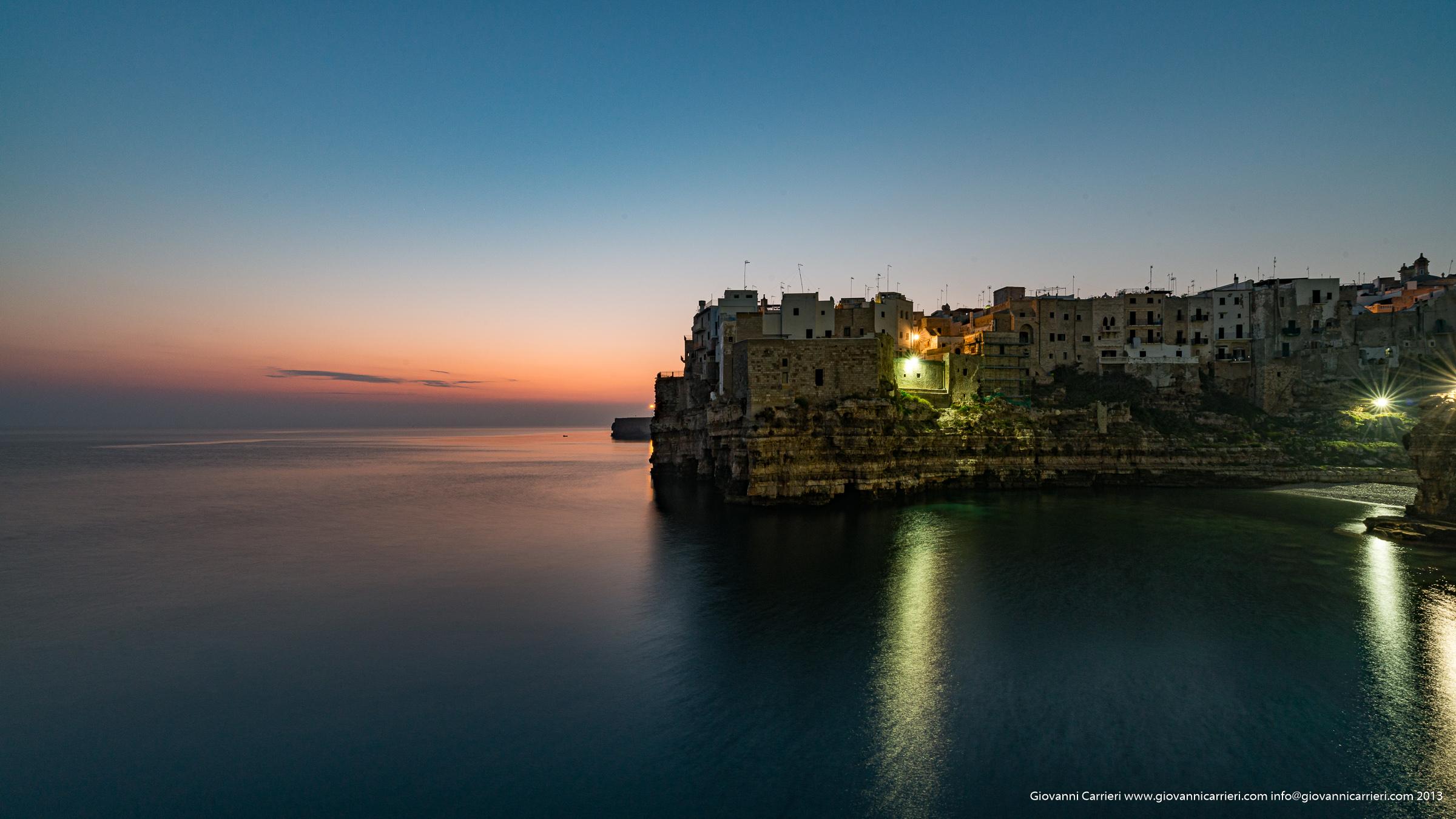 La spiaggia di Polignano a Mare all'alba