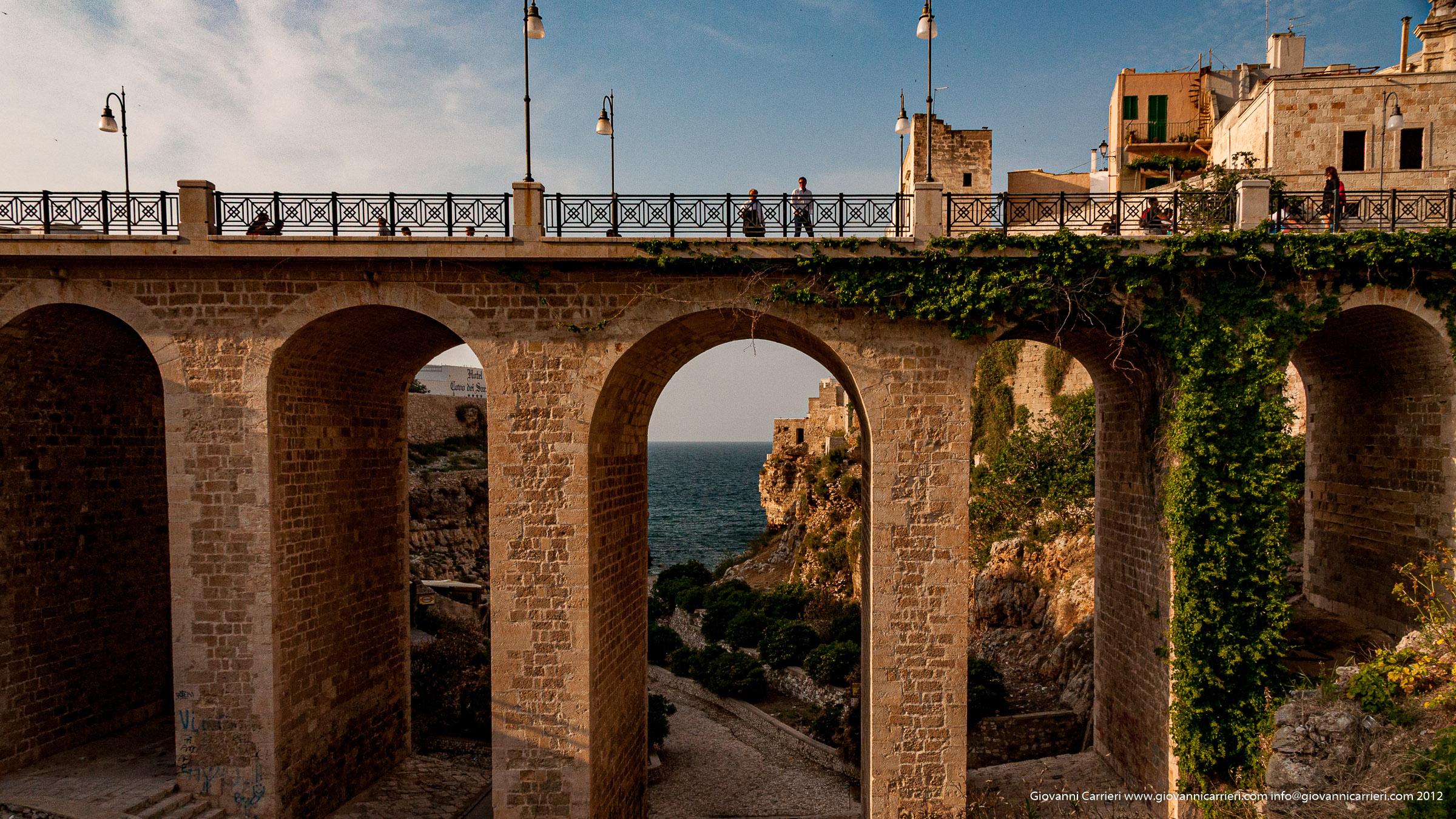 Il ponte borbonico e la Cala Monachile di Polignano