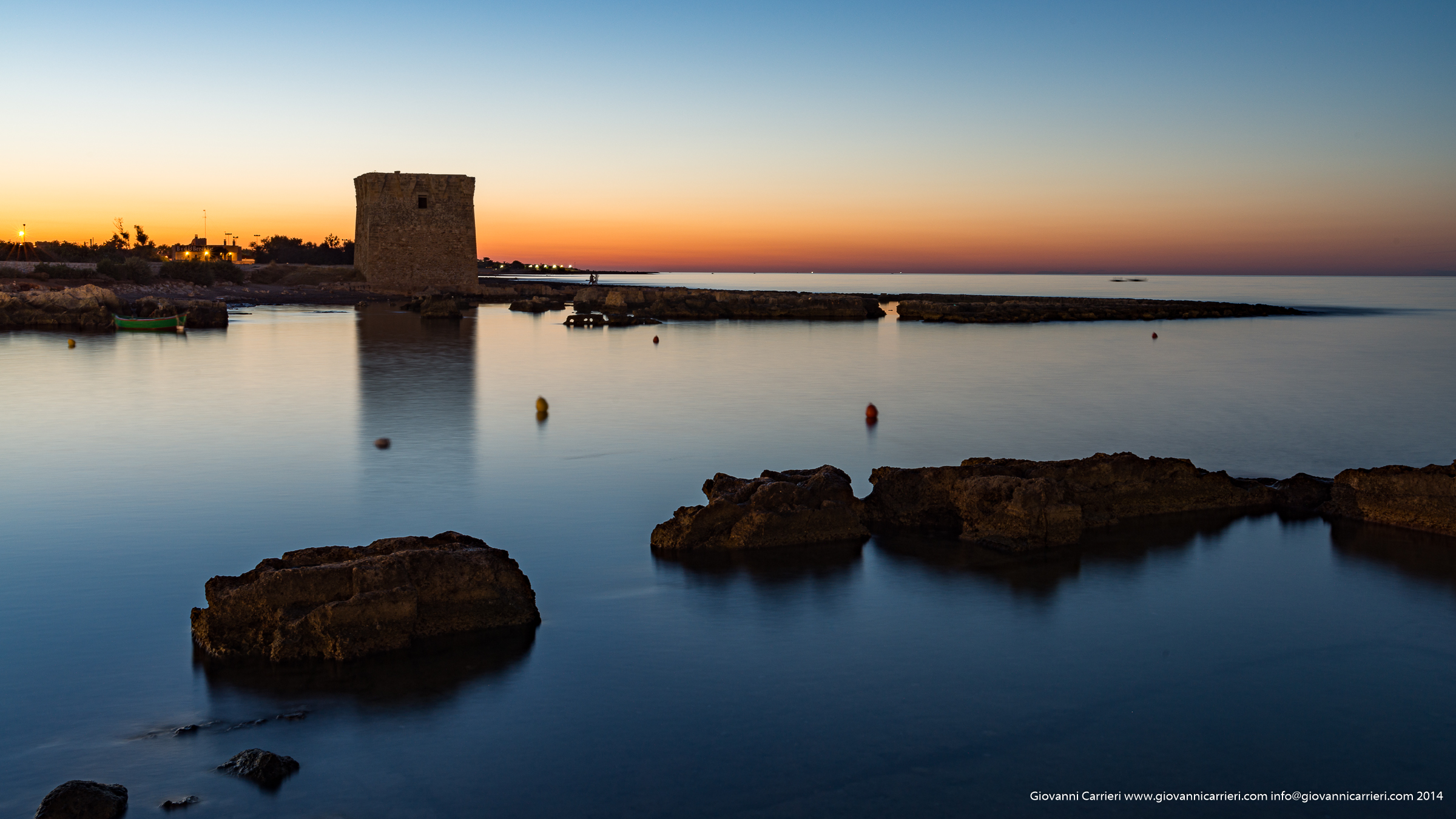 Un tramonto illumina San Vito, frazione di Polignano a Mare
