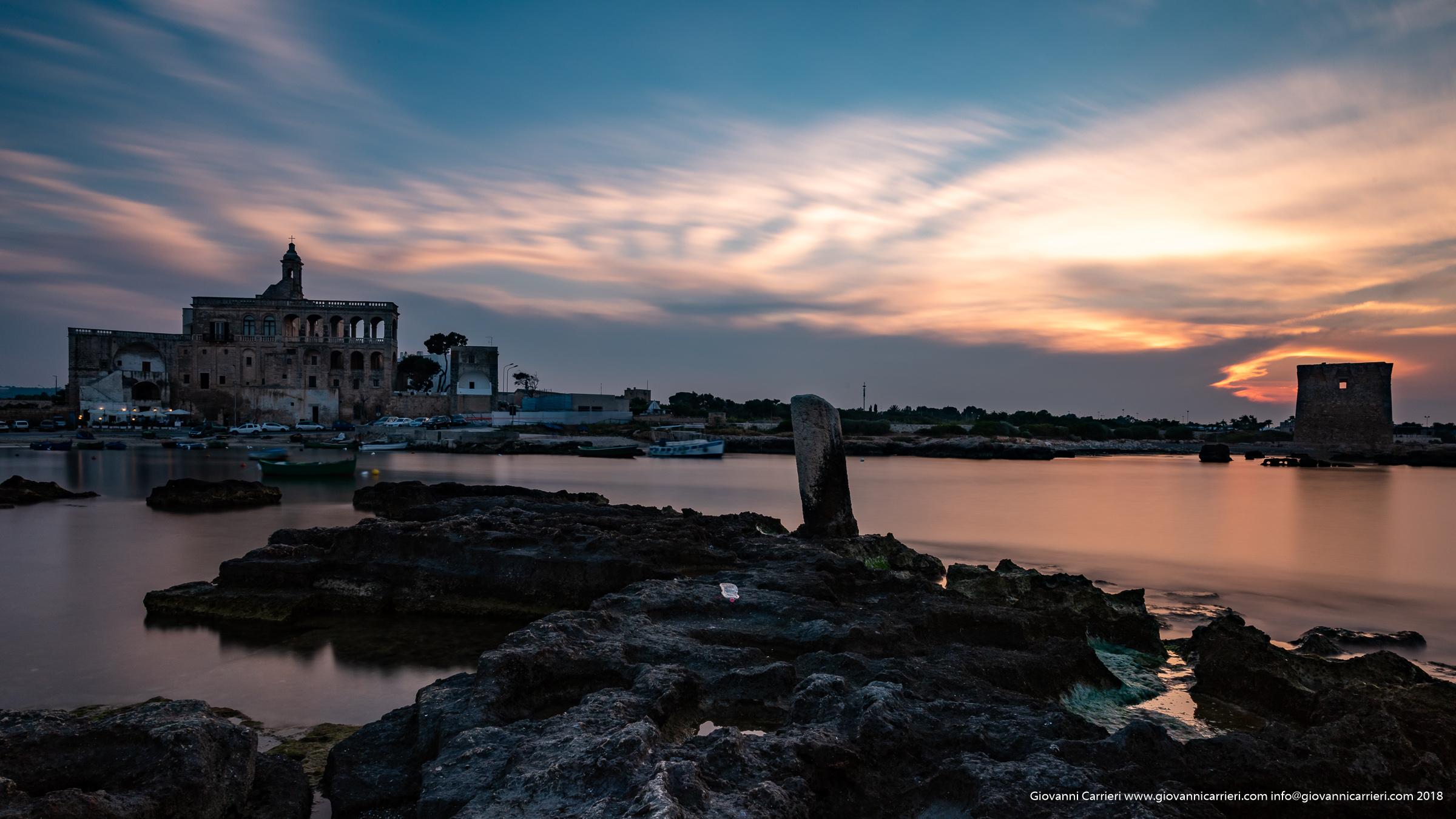 Una panoramica al tramonto dell'Abbazia di San Vito, Polignano a mare