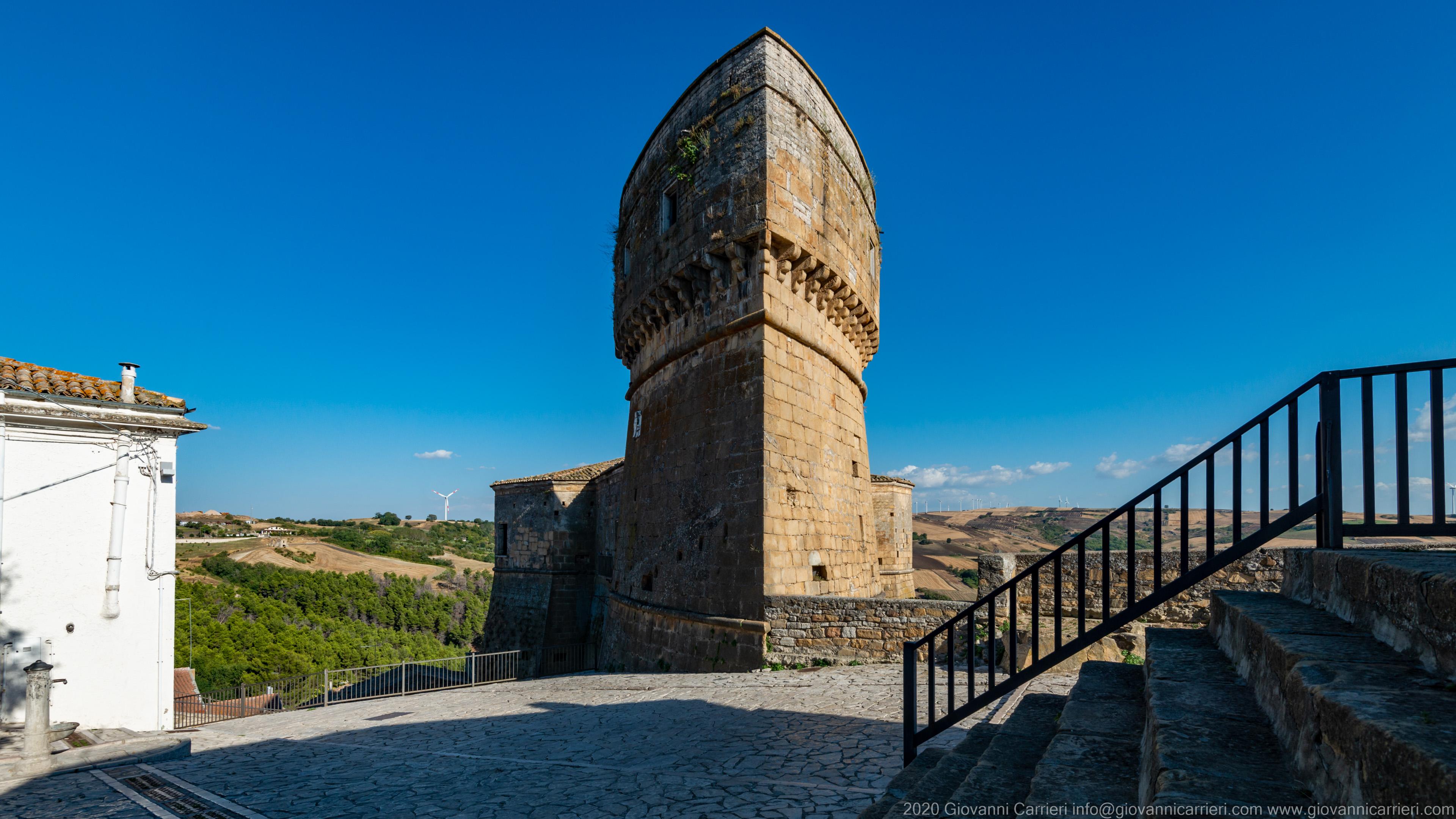 Torre ad ogiva del Castello dei Conti d'Aquino La torre più alta del Castello D'Aquino, svetta verso il centro storico di Rocchetta Sant'Antonio. Probabilmente, eretta più per rappresentare il potere del barone Ladislao II d'Aquino che per funzioni militari.