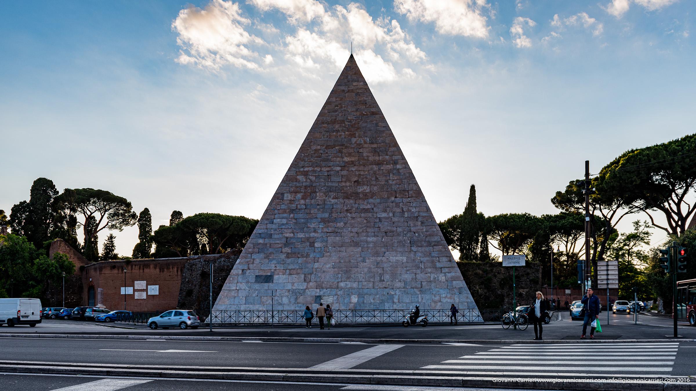 La piramide Cestia, Roma