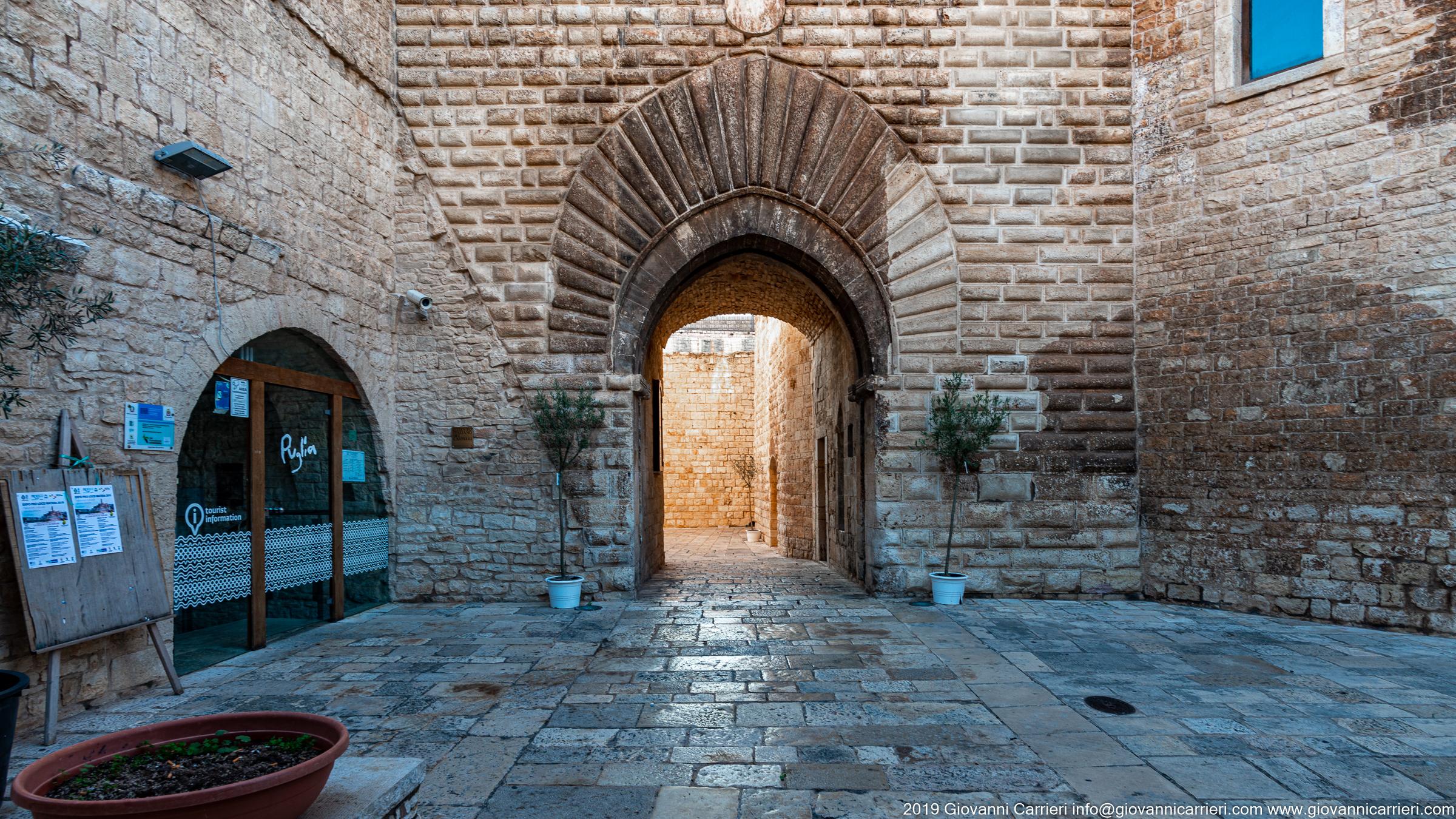 Il portale d'ingresso all'atrio