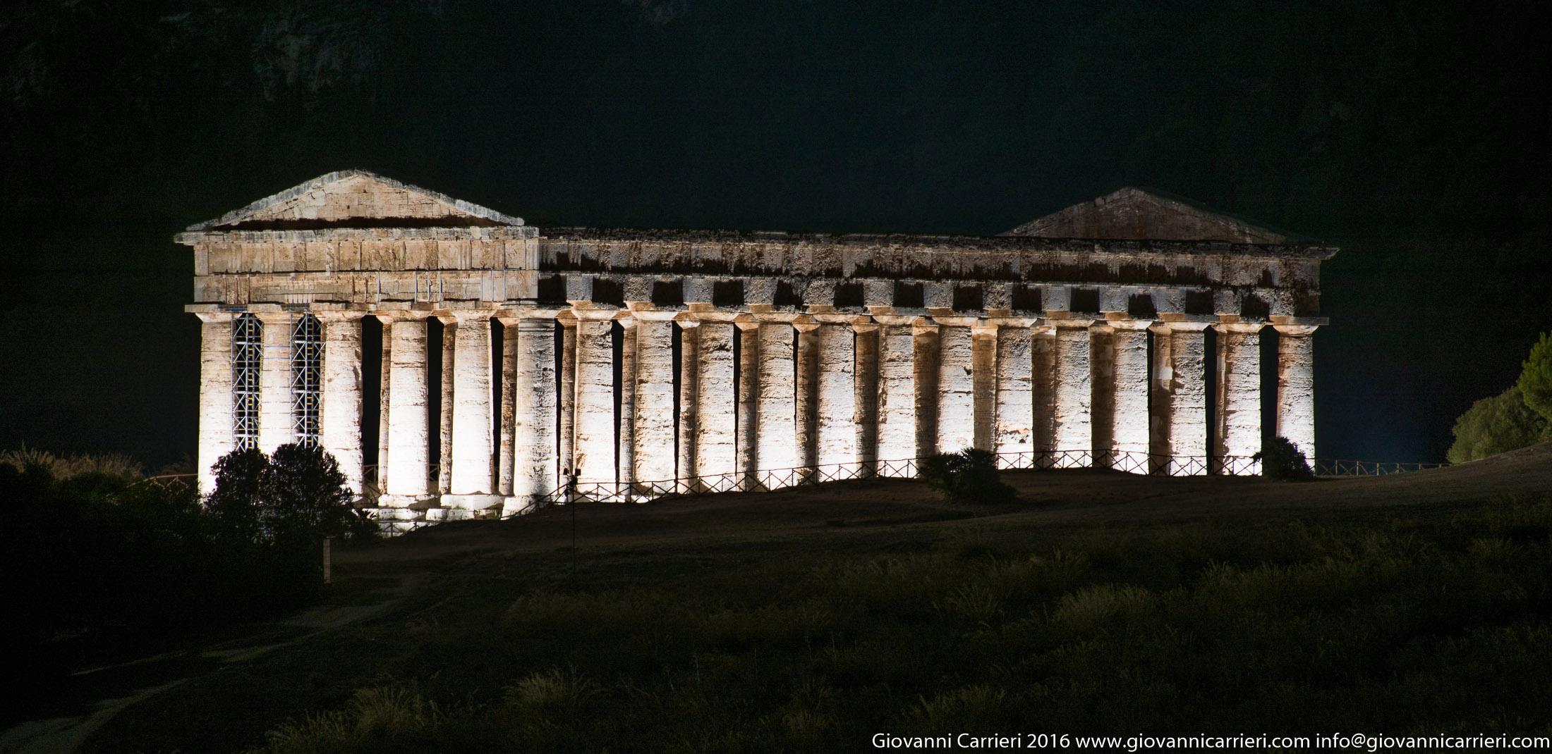 Vista notturna del tempio di Segesta, chiamato il Tempio Grande