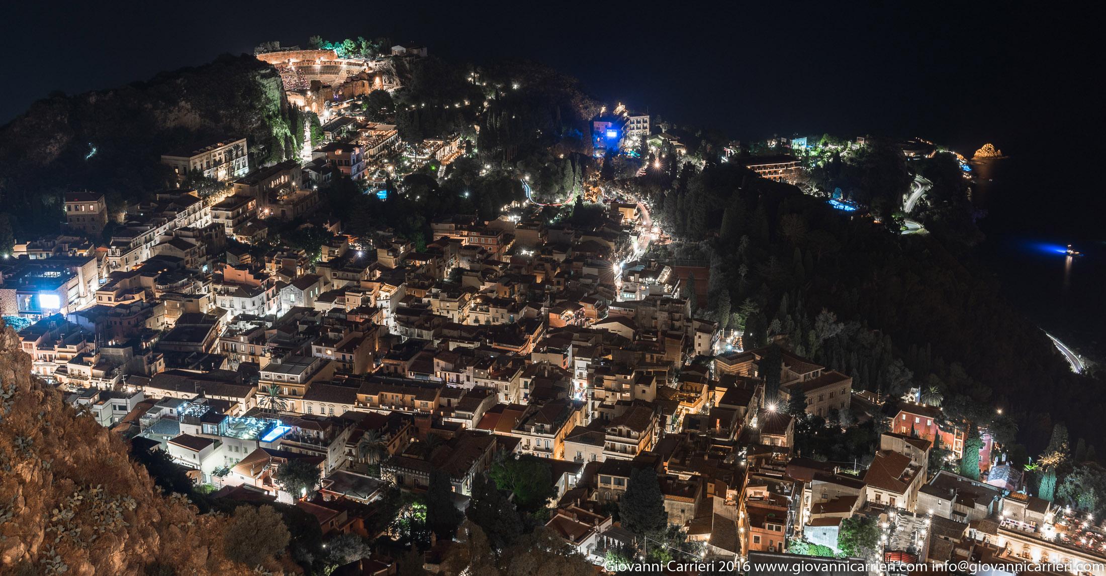 Vista panoramica di Taormina in notturna