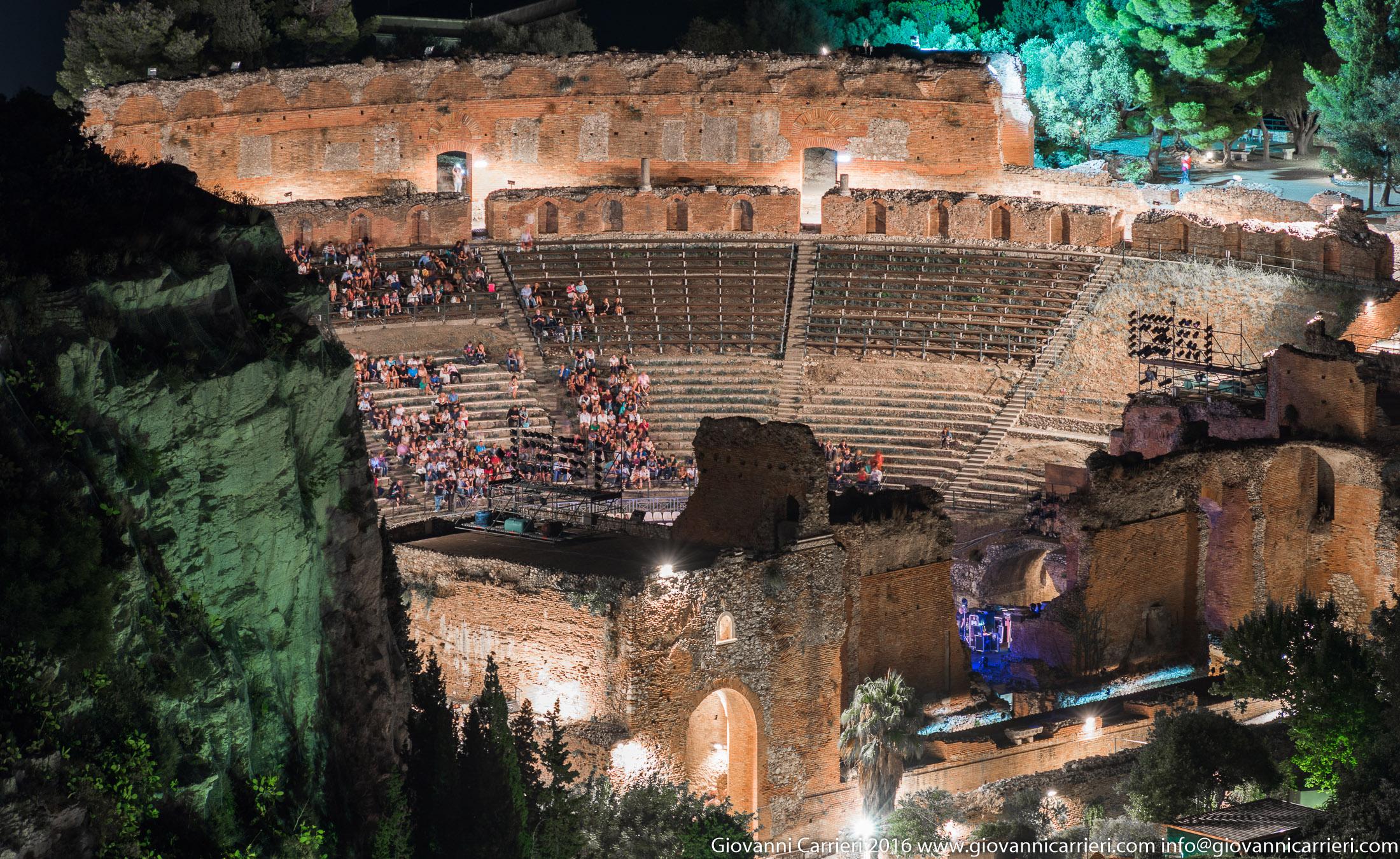 Il teatro greco di Taormina visto in notturna